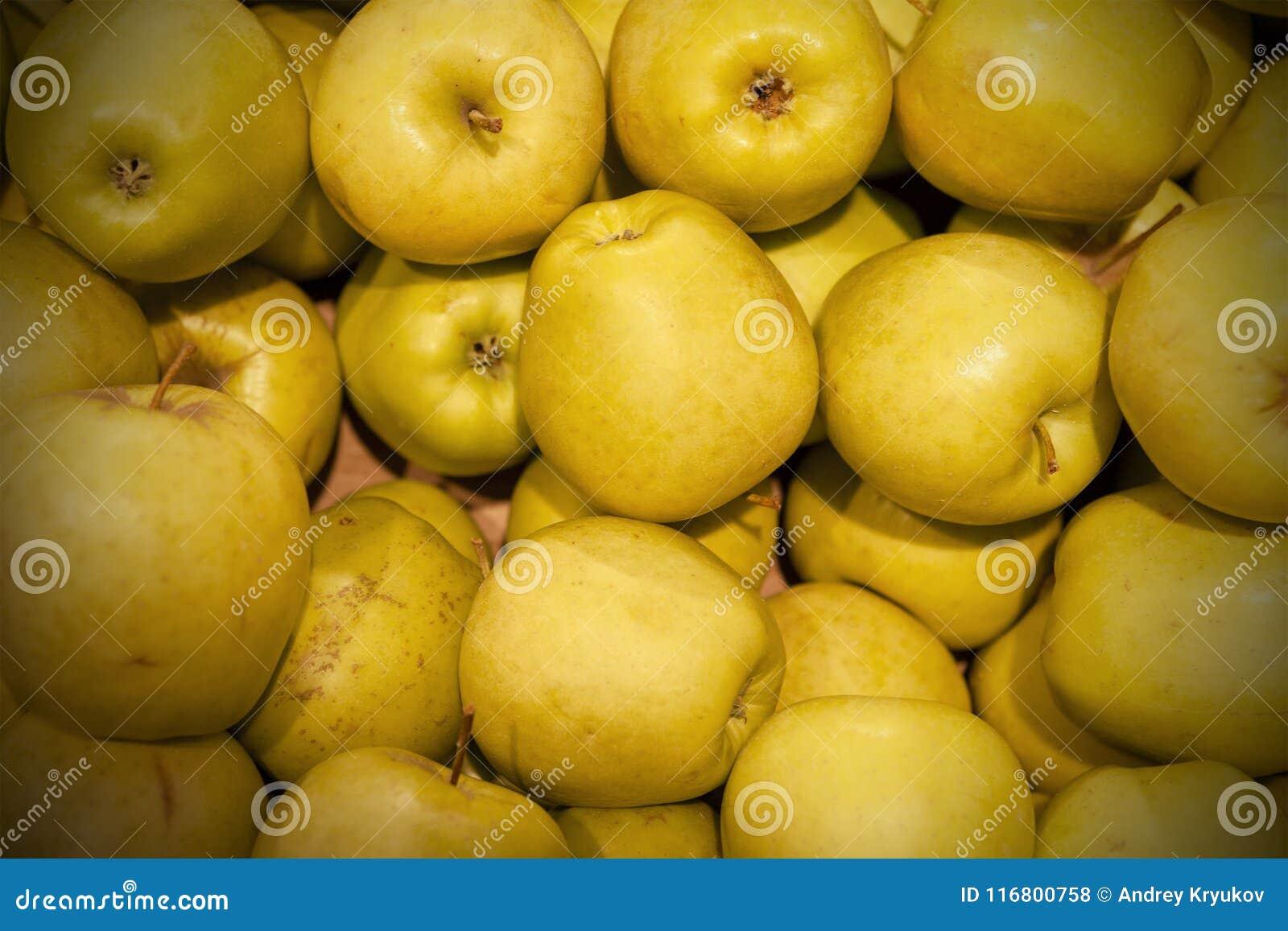 Le mele fresche hanno sparso fuori uno strato uguale come fondo