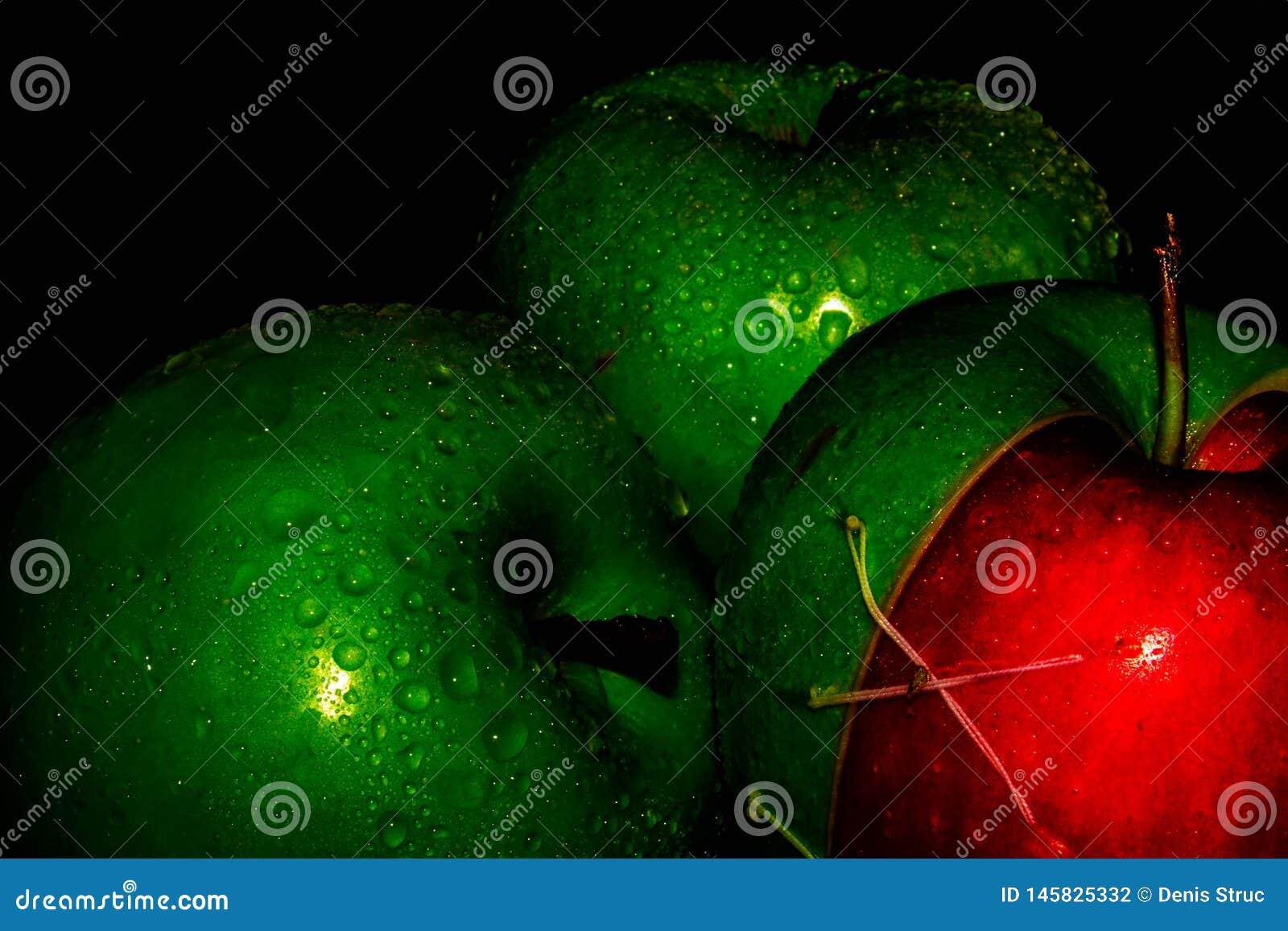 Le mele fresche sul nero backgroundgreen e Apple rosso sulle carte da parati nere di un fondo, alimento sano