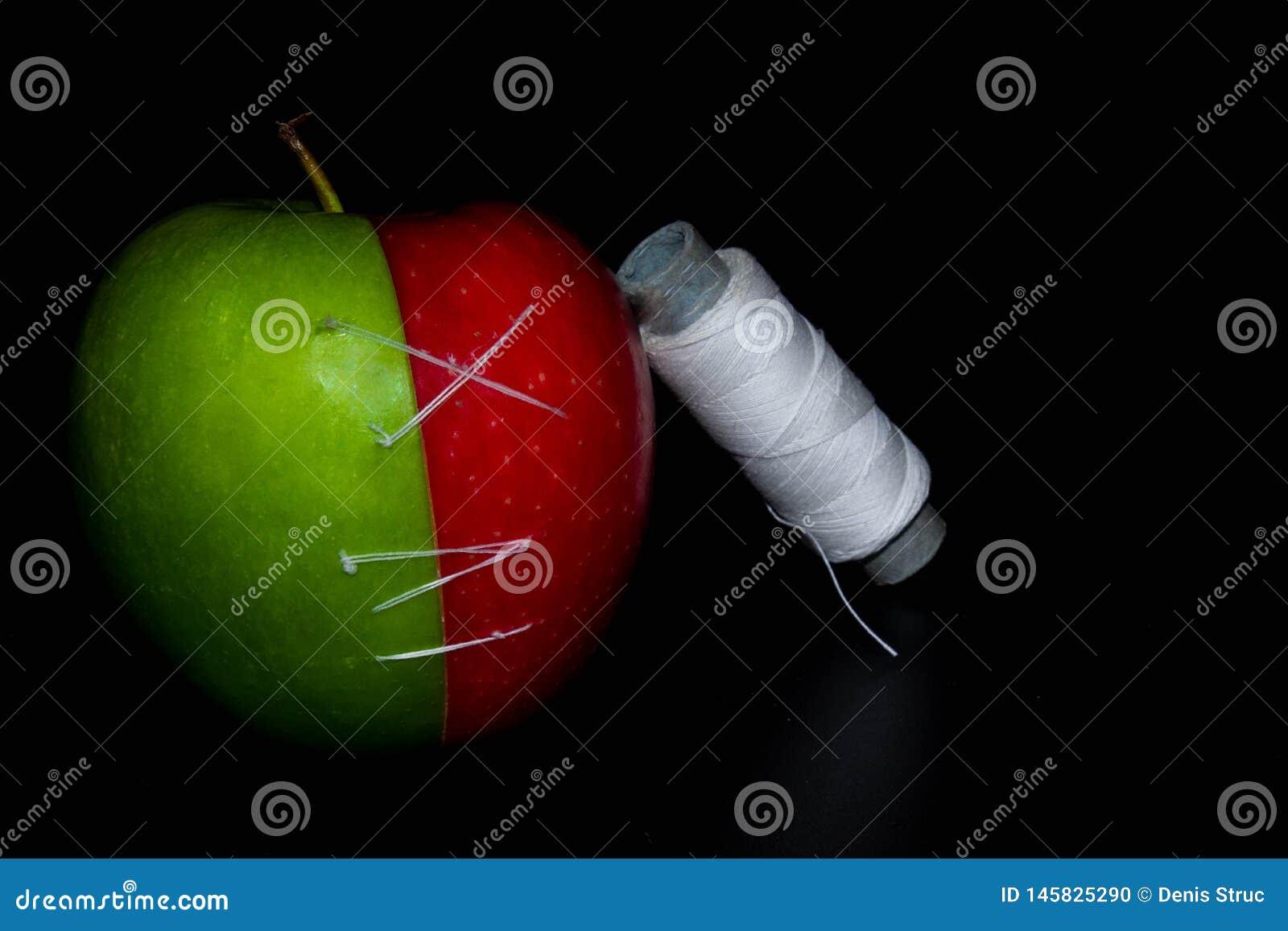 Le mele sul nero backgroundgreen e Apple rosso sulle carte da parati nere di un fondo, alimento sano