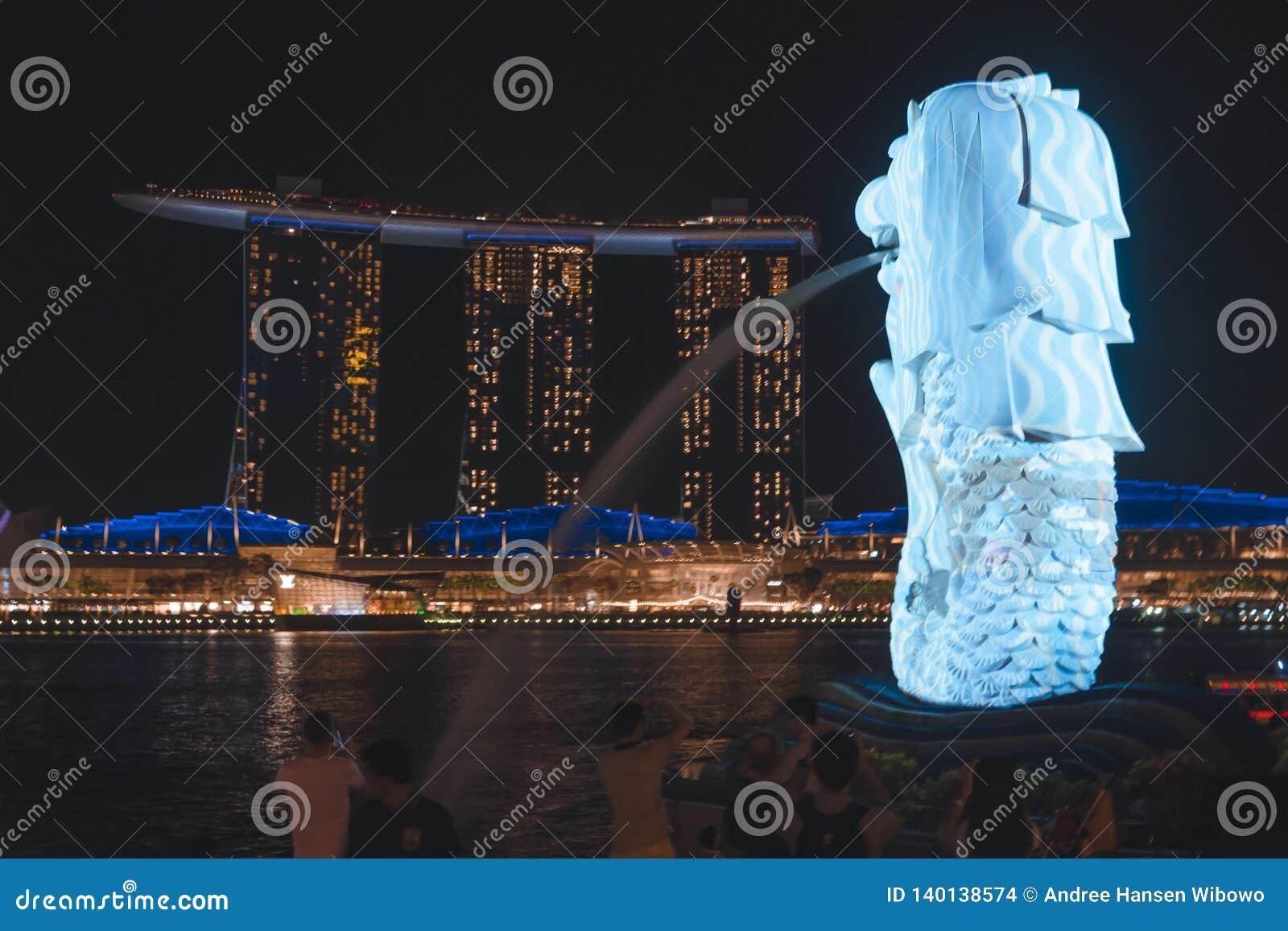 Le Merlion donnant sur Marina Bay Sands pendant l iLight 2019 de Singapour