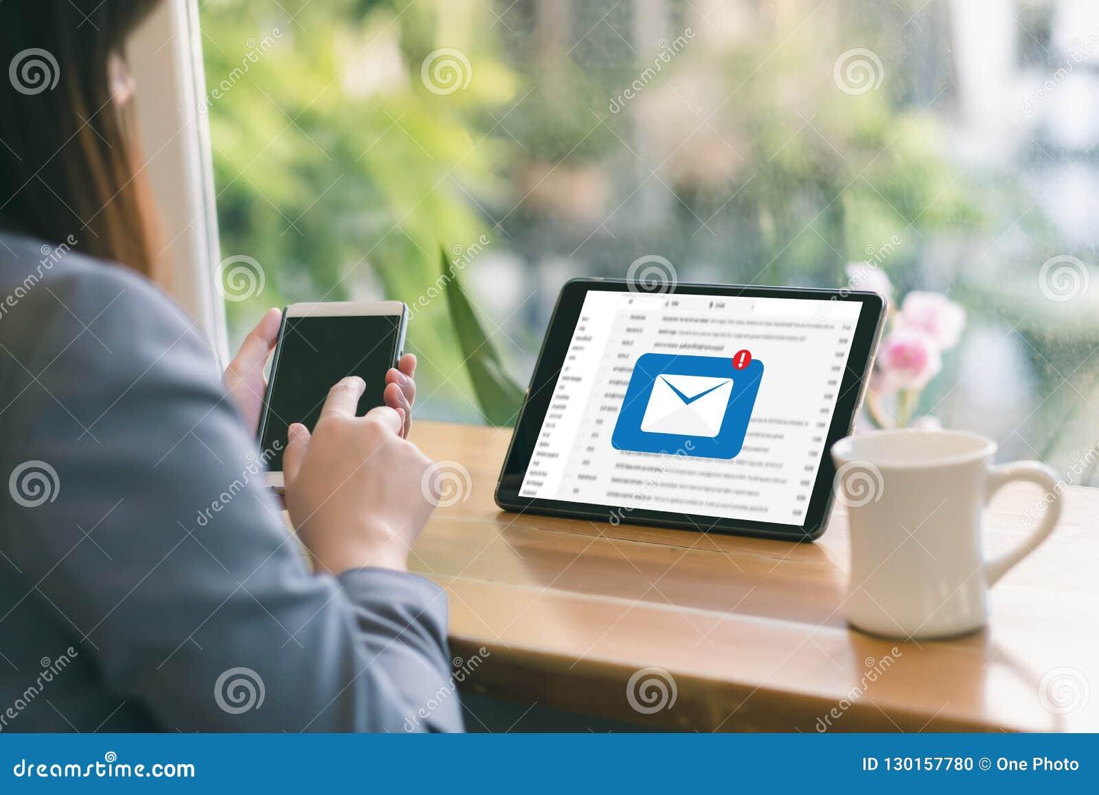 Le message de connexion de communication de courrier aux contacts de expédition téléphonent