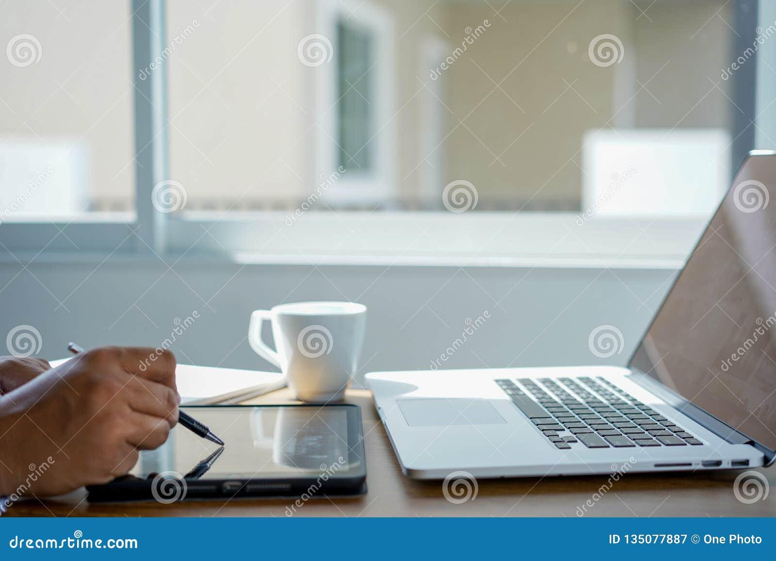Le message de connexion de communication de courrier aux contacts de exp?dition t?l?phonent le concept global de lettres