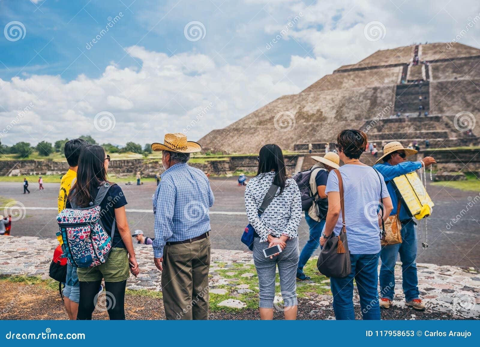 LE MEXIQUE - 21 SEPTEMBRE : Les touristes contemplent la pyramide du Sun d une distance