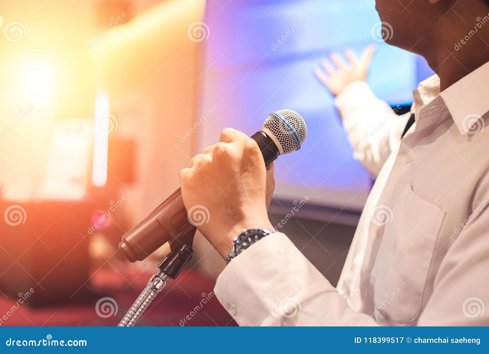 Le microphone de prise d homme sur l étape