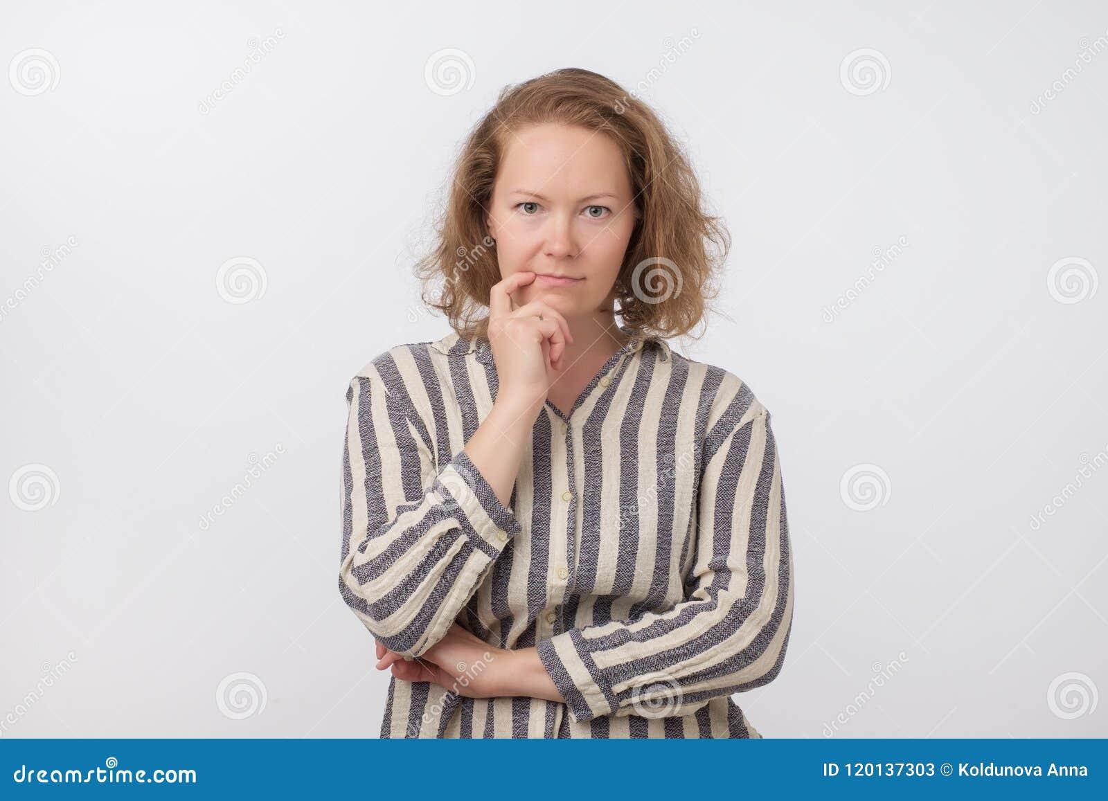 Le milieu a vieilli la femme européenne pensant et recherchant, confus à un ide