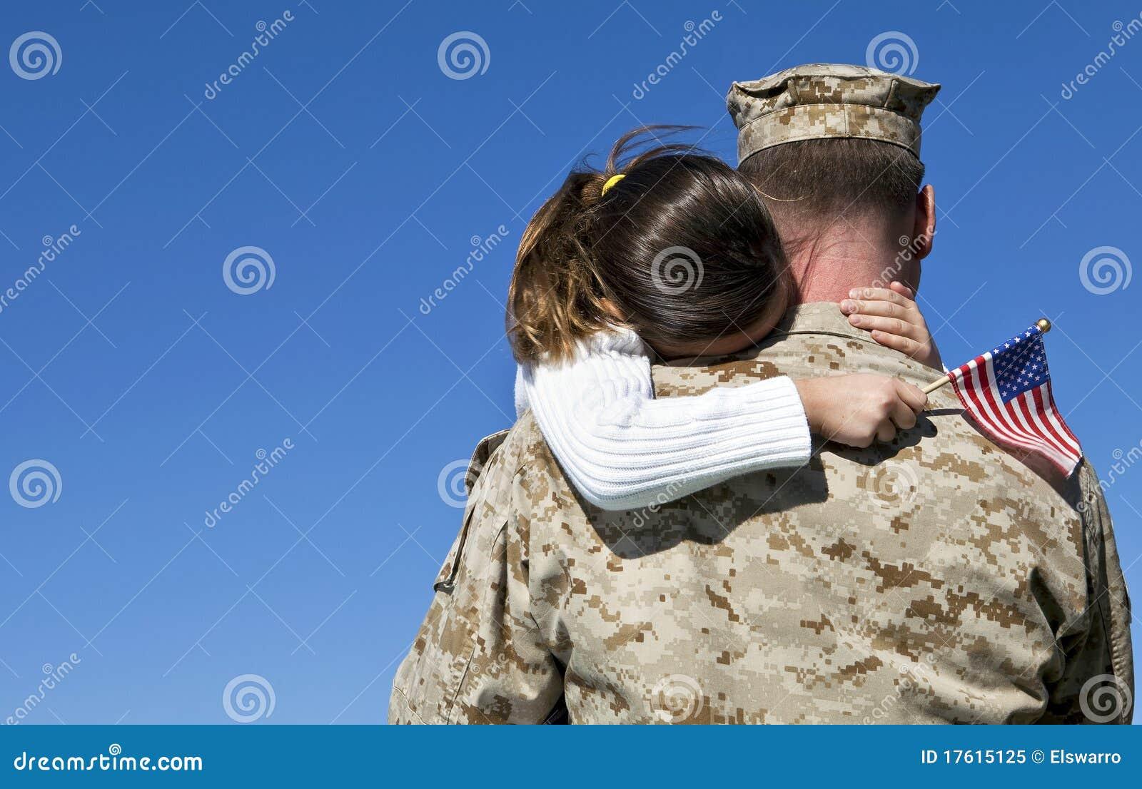Le militaire étreint le descendant
