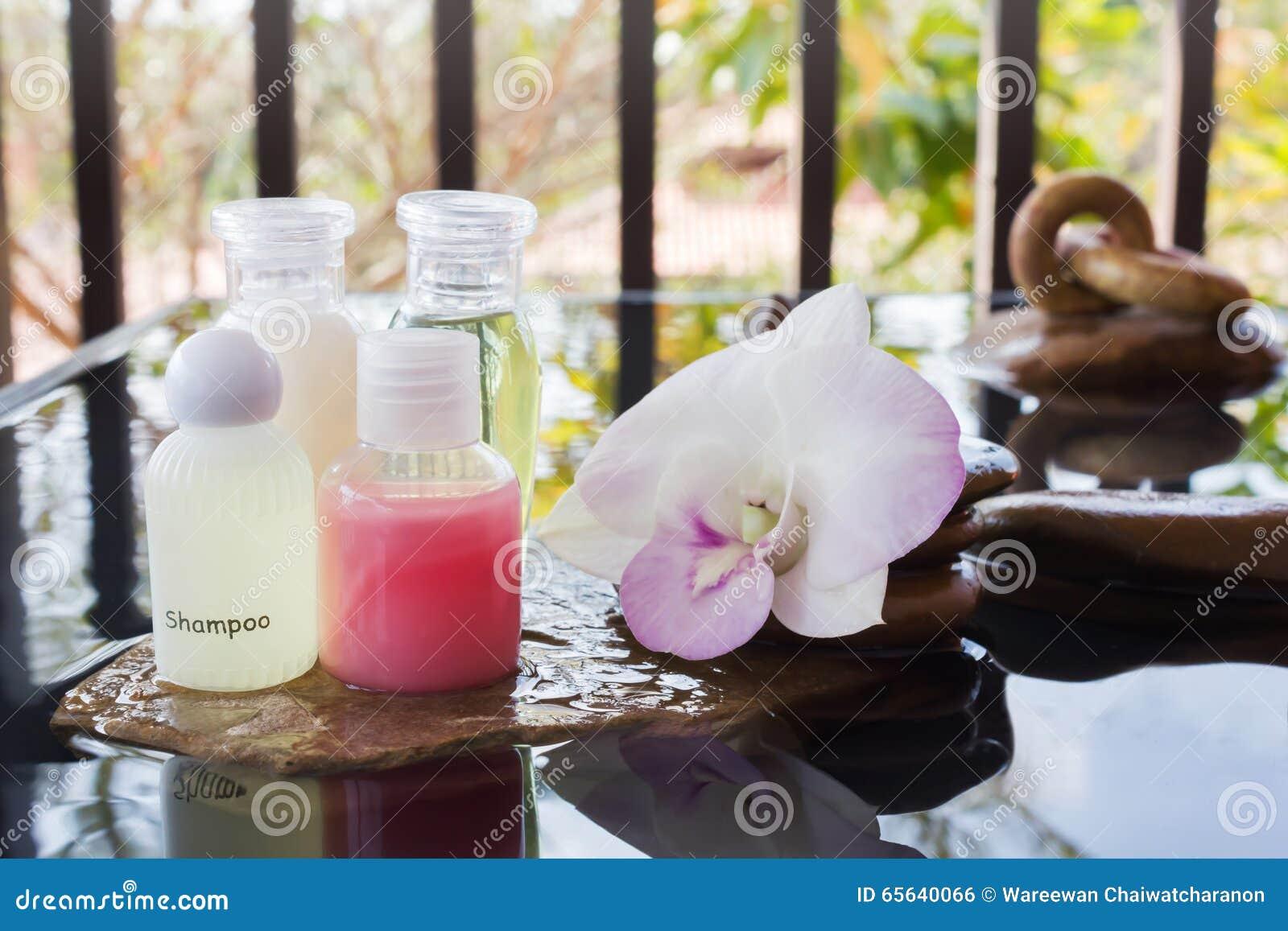 Le mini ensemble de gel liquide de bain moussant et de douche avec l orchidée fleurissent