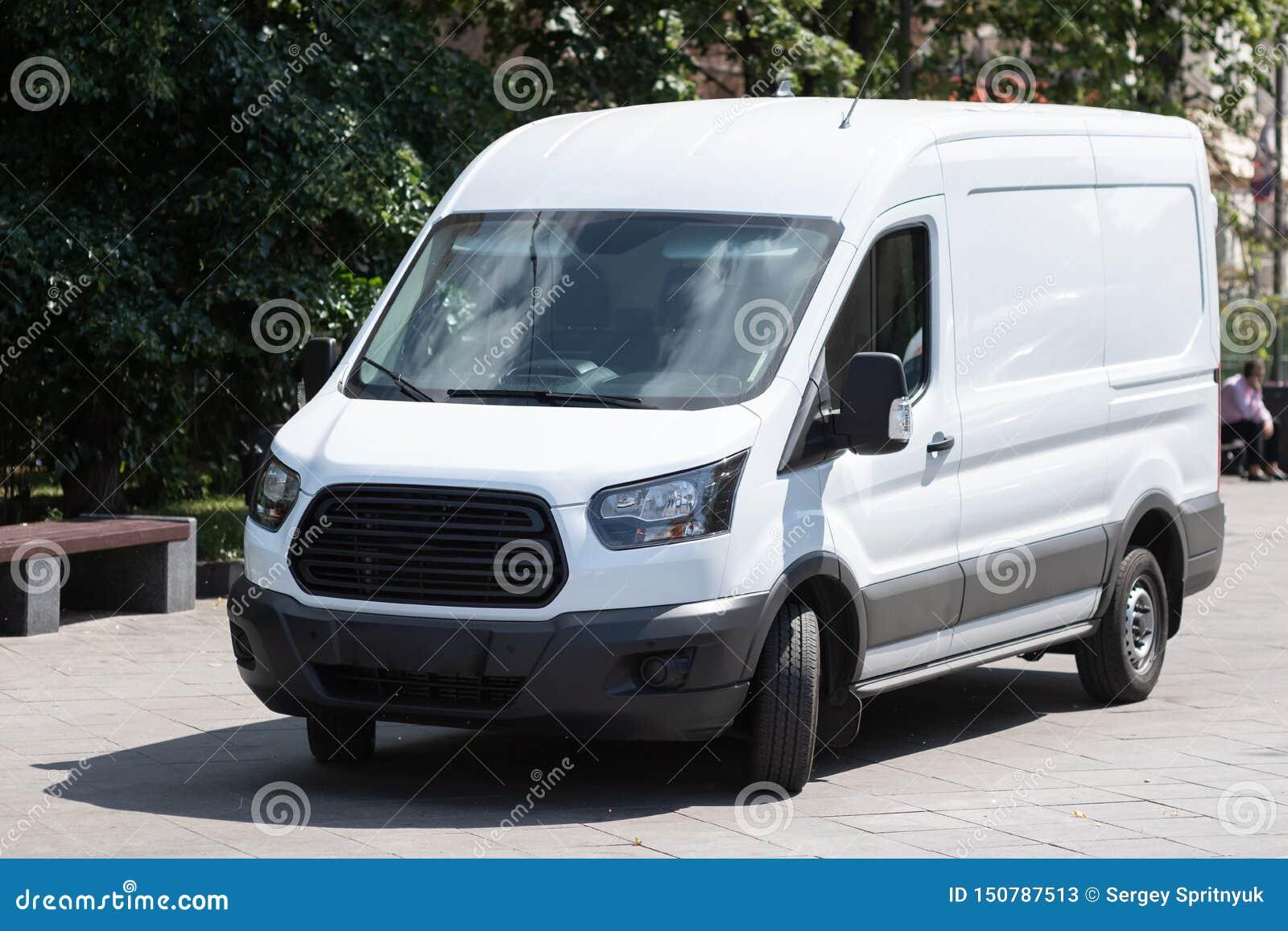 Le minibus blanc est gar? dans la rue de ville