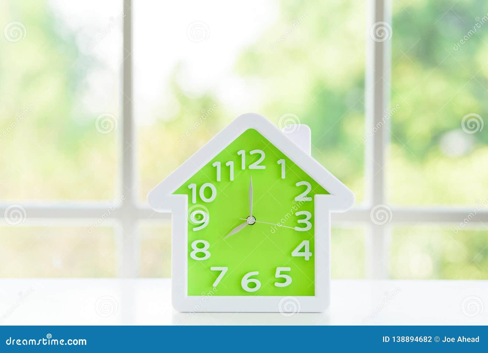 Le modèle d horloge avec 8 a M et fond de fenêtre pendant le matin