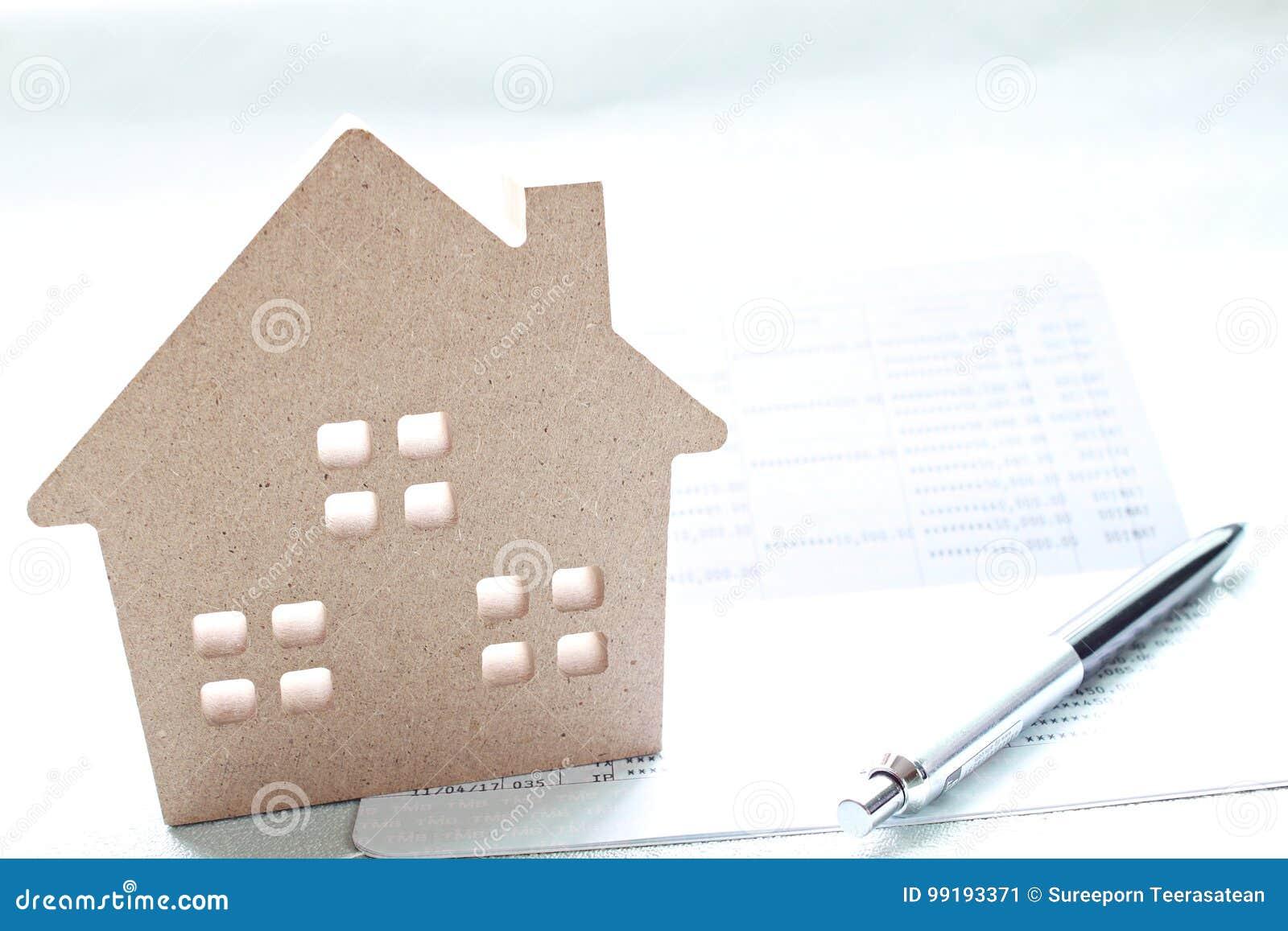 le modèle de maison en bois, le livre de comptes d'économie ou le