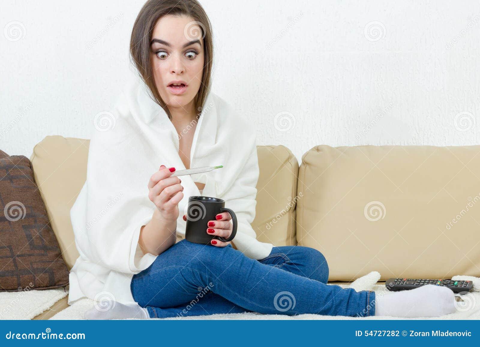 Le modèle femelle a attrapé le froid couvert de couverture blanche à la maison