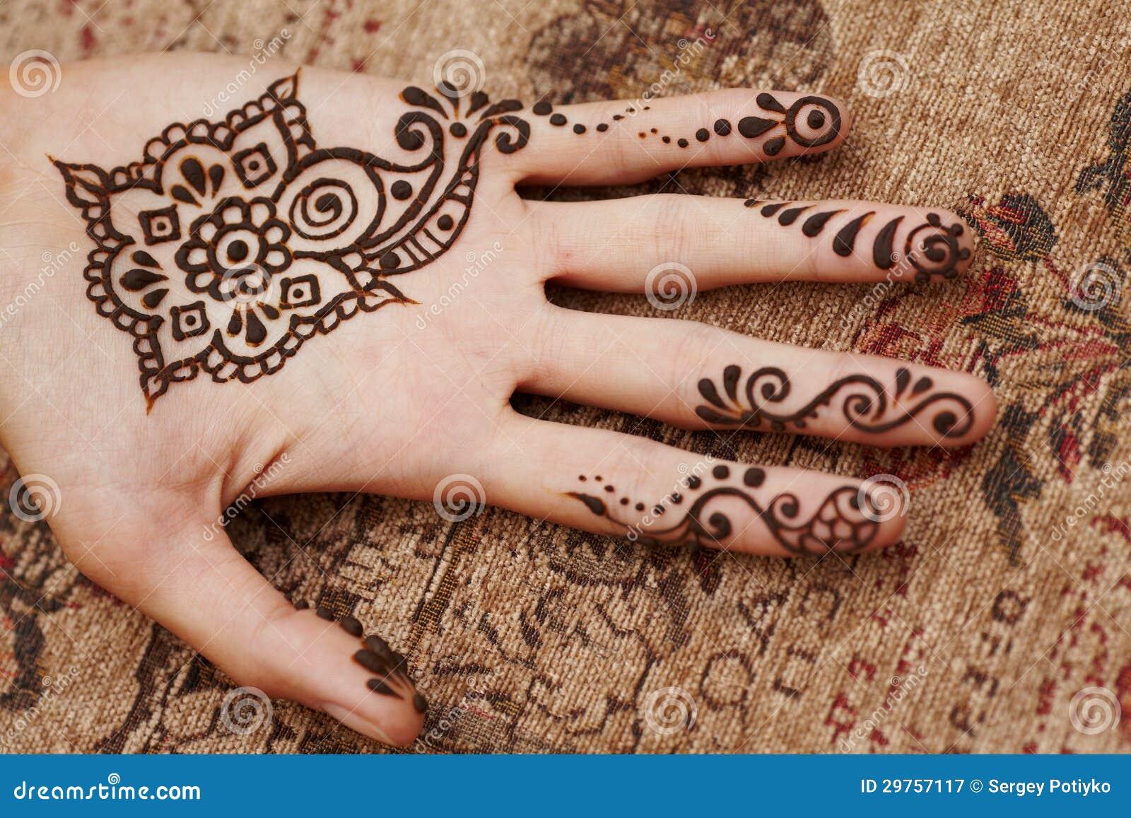 art de henn sur la main de la femme photographie stock libre de droits image 29757117. Black Bedroom Furniture Sets. Home Design Ideas