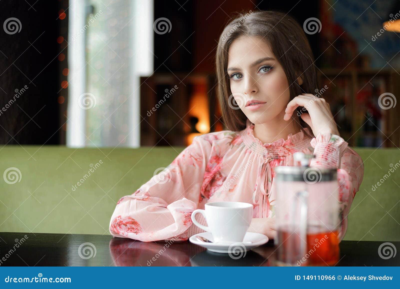 Le mod?le heureux de sourire de beaut? avec naturel composent et de longs sourires de cils en caf?