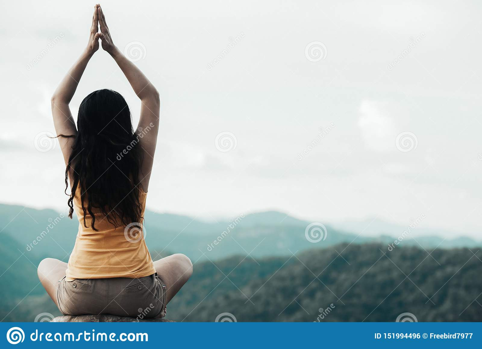 Le mode de vie sain de femme de voyageur a équilibré la pratique méditent et l extérieur de yoga d énergie de zen dans le matin l