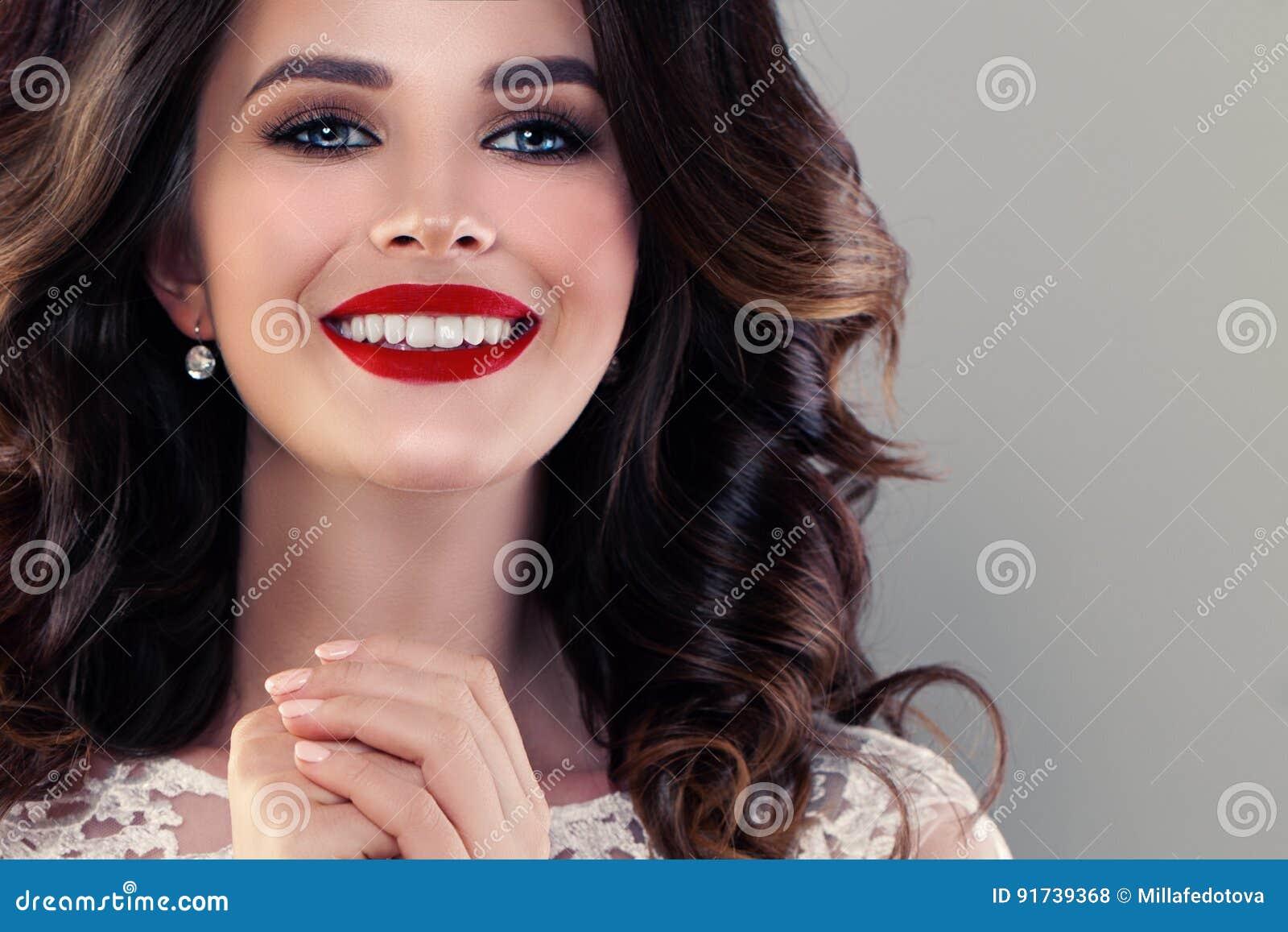 Le modellen Woman med gulligt sunt leende nätt closeupframsida