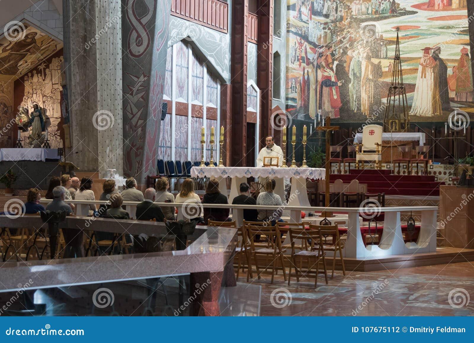 Le moine lit une prière aux paroissiens dans la basilique de l annonce dans la vieille ville de Nazareth en Israël
