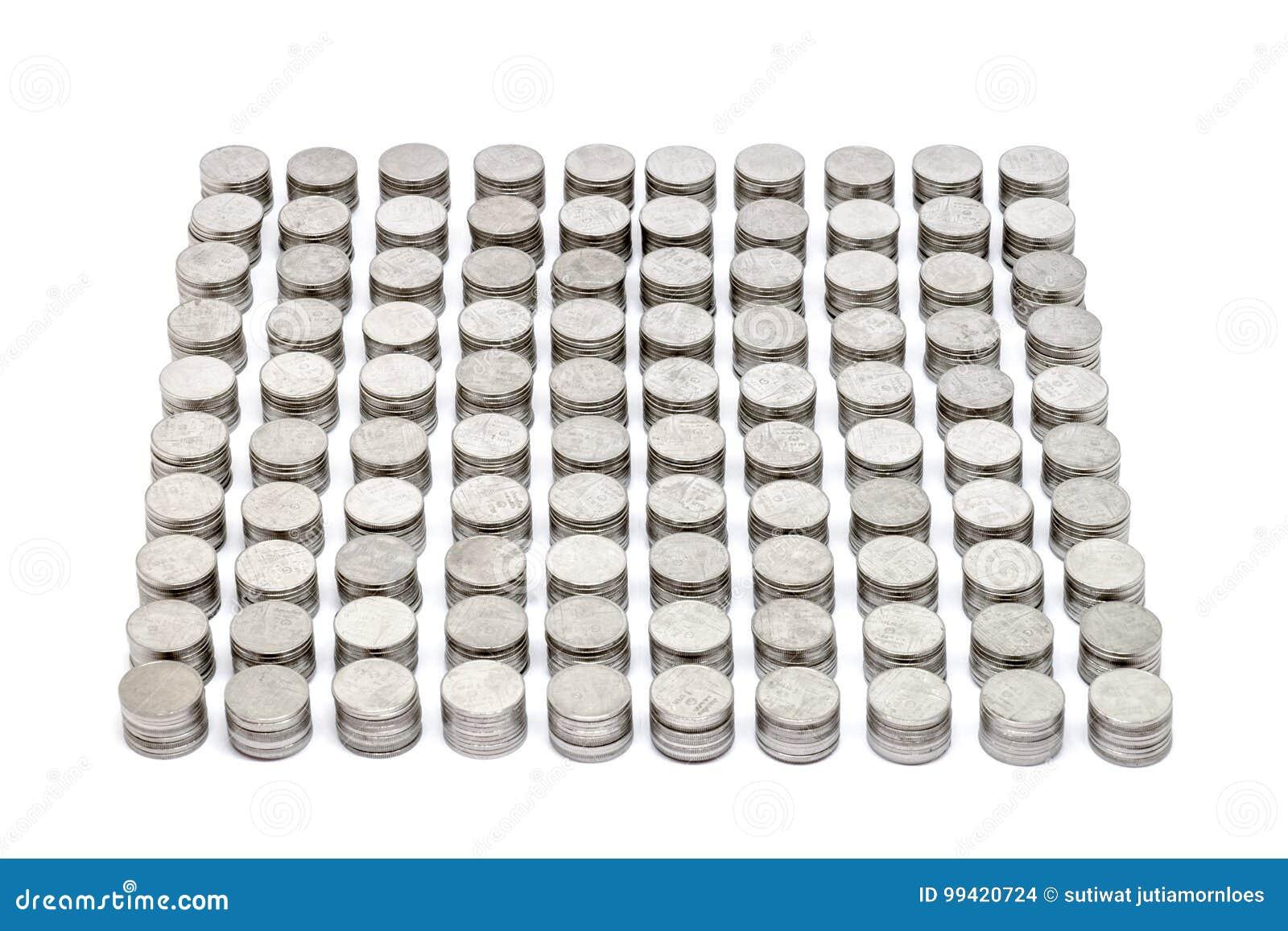 Le monete impilano l insieme che dorato ogni 10 monete hanno isolato su fondo bianco Fuoco selettivo