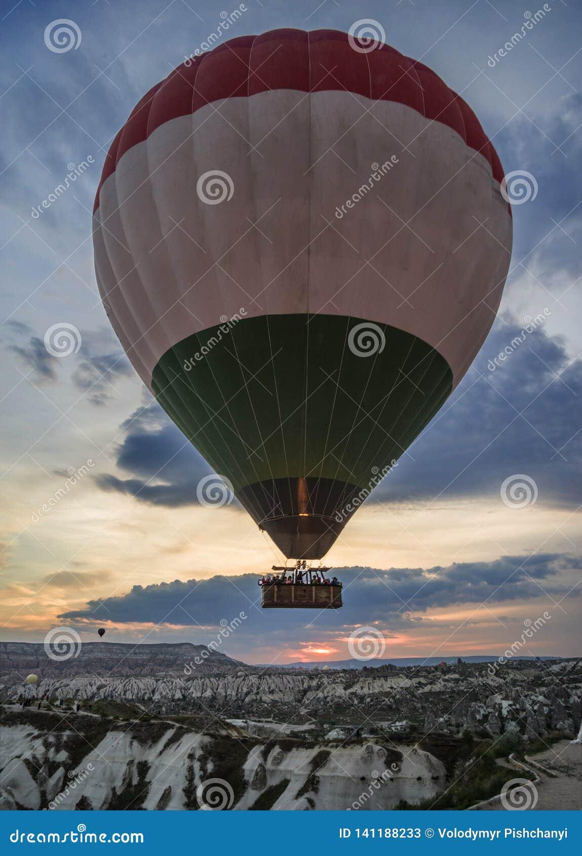 Le mongolfiere decollano all alba sopra Cappadocia,