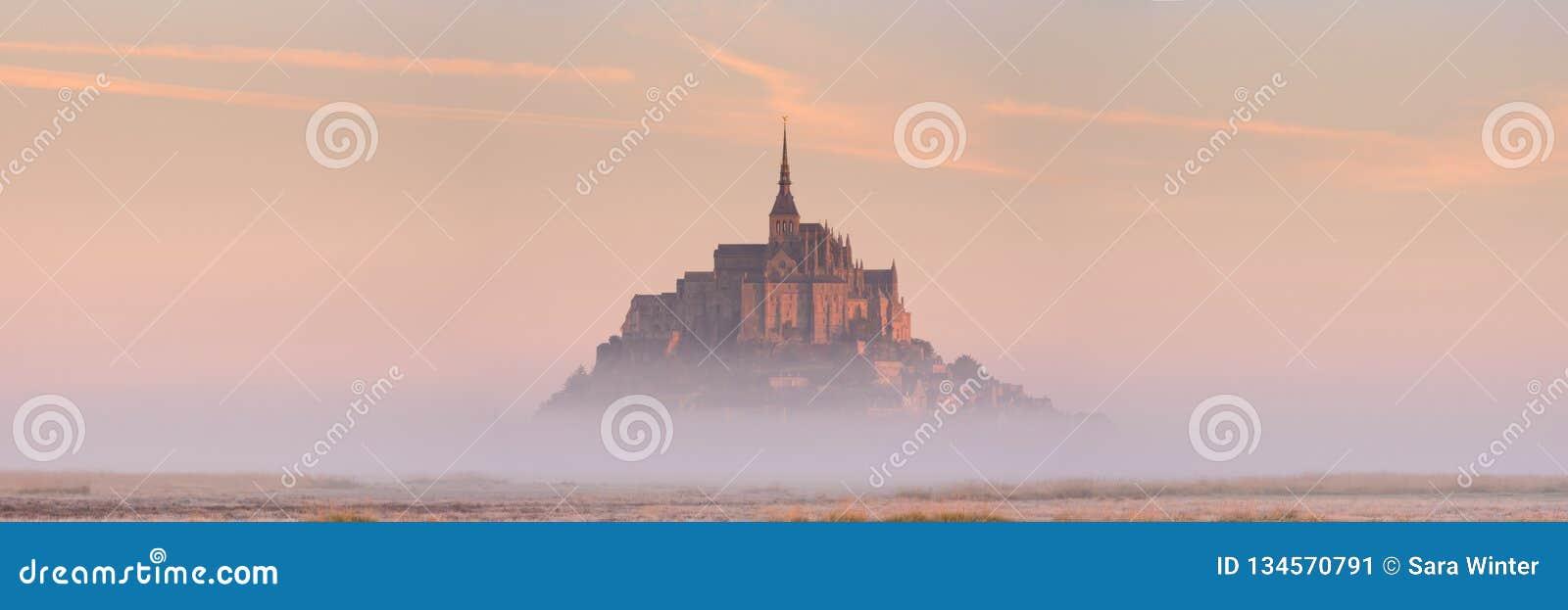 Le Mont Святой Мишель в Нормандии, Франции на восходе солнца