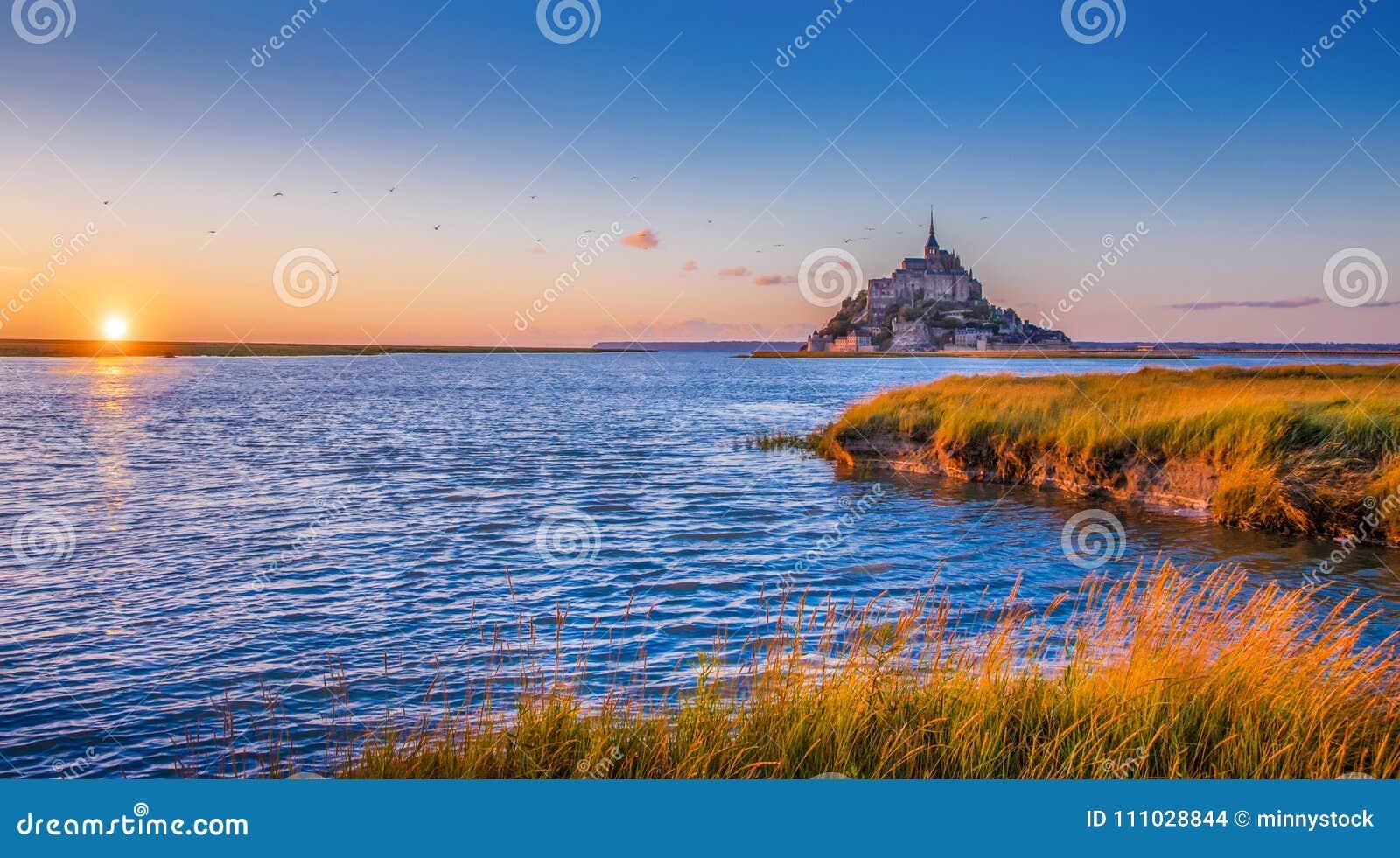 Le Mont Saint-Michel au coucher du soleil, Normandie, France
