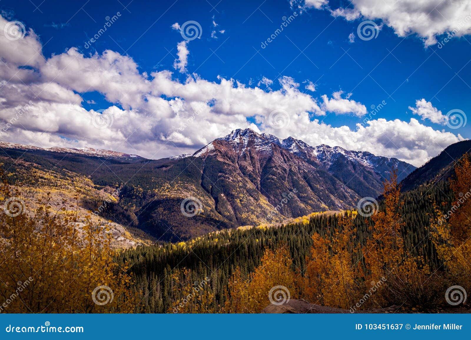 Le montagne variopinte di Colorado in autunno