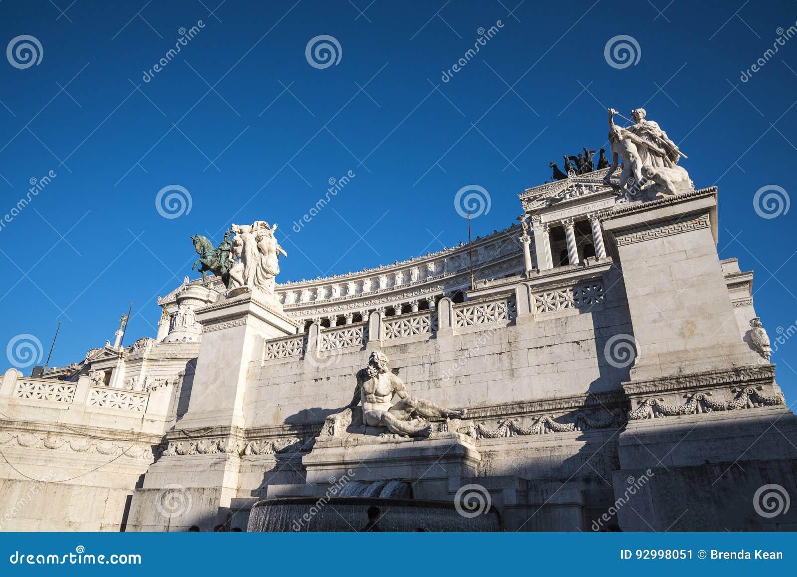 Le Monument Au Roi Vittorio Emanuele 2 Dans Piazza Venezia A