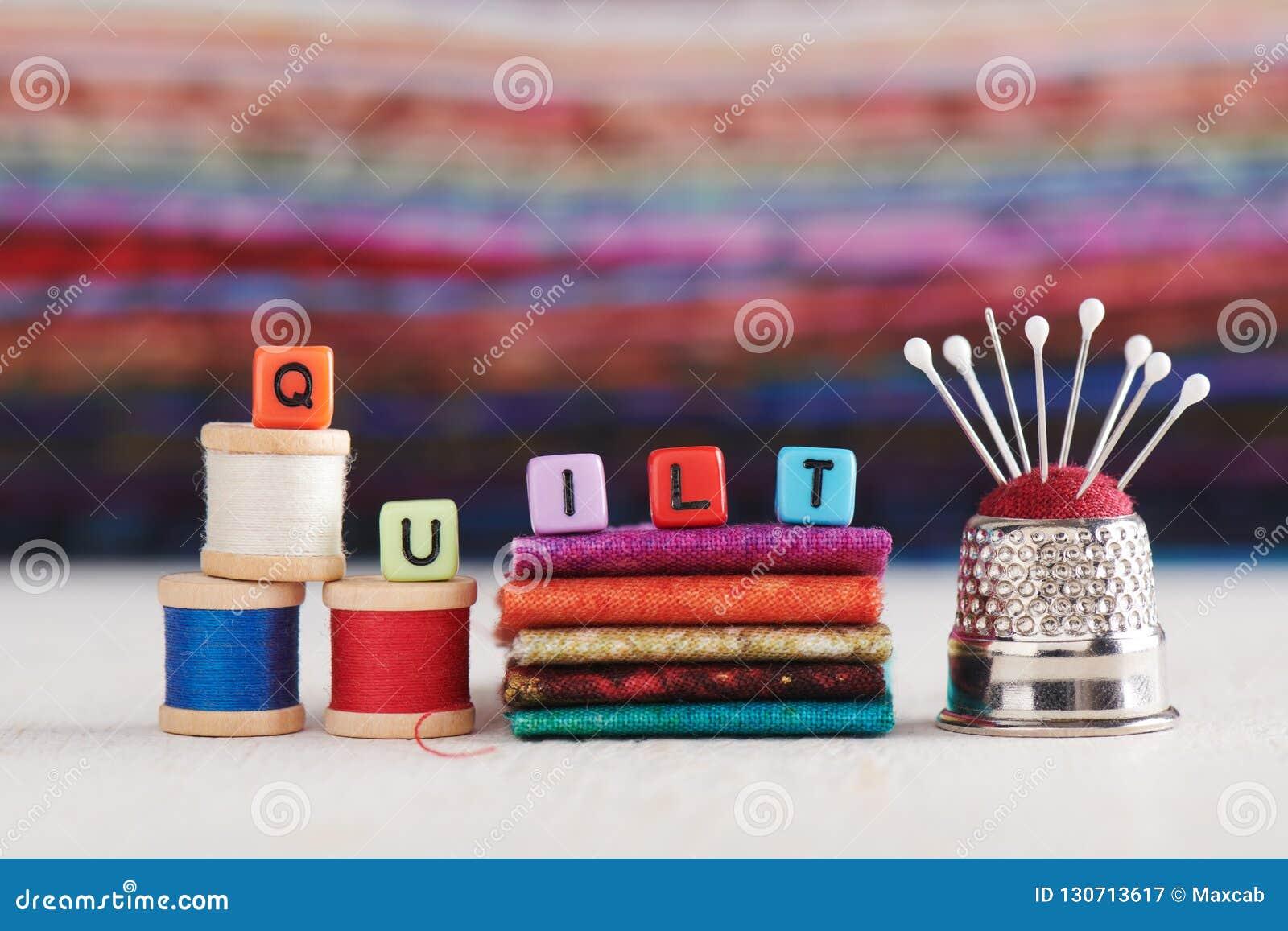 Le mot ÉDREDON se compose des cubes d imitation en bijoux a entouré les accessoires de couture