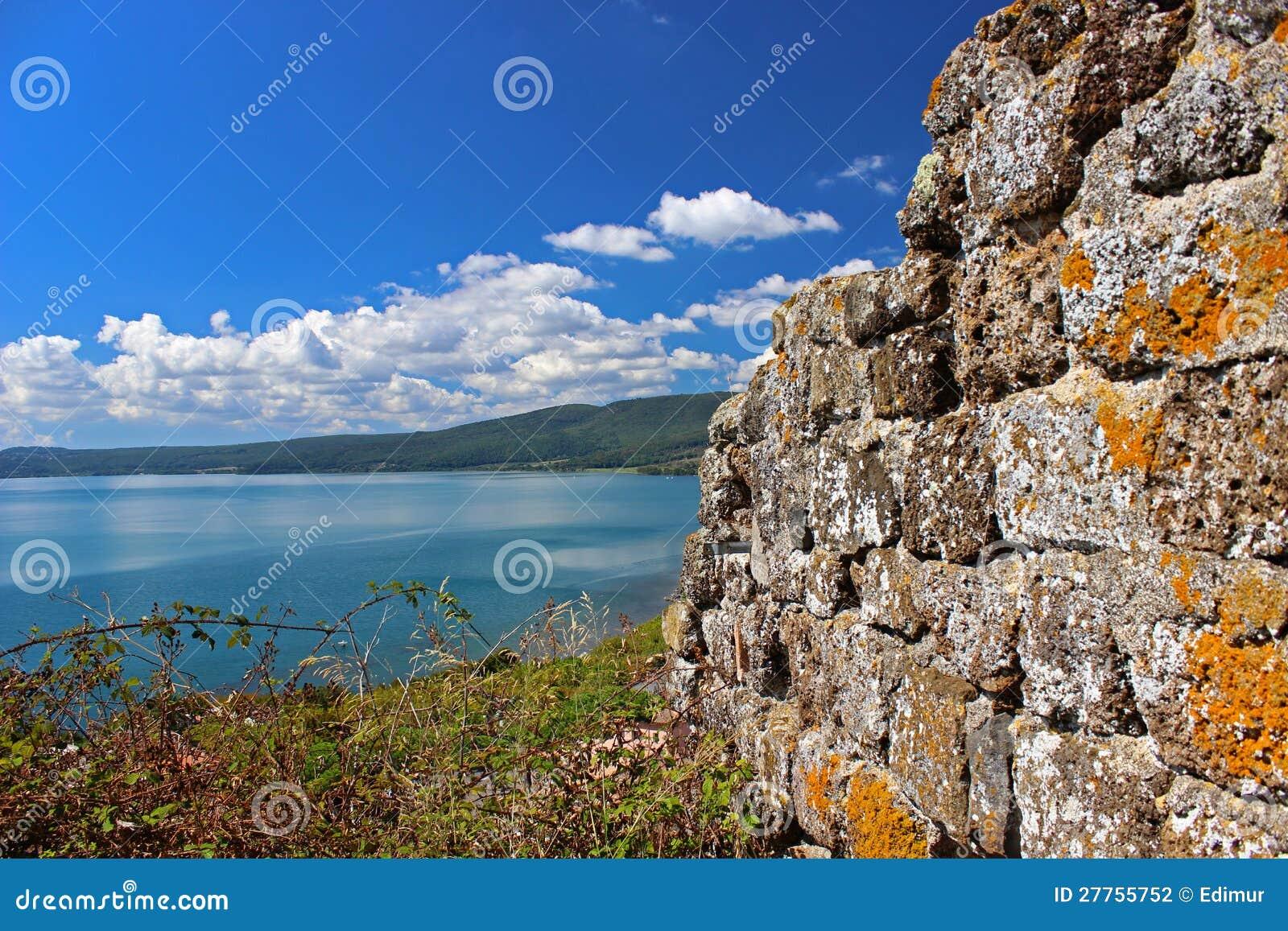 Le mur antique en mer