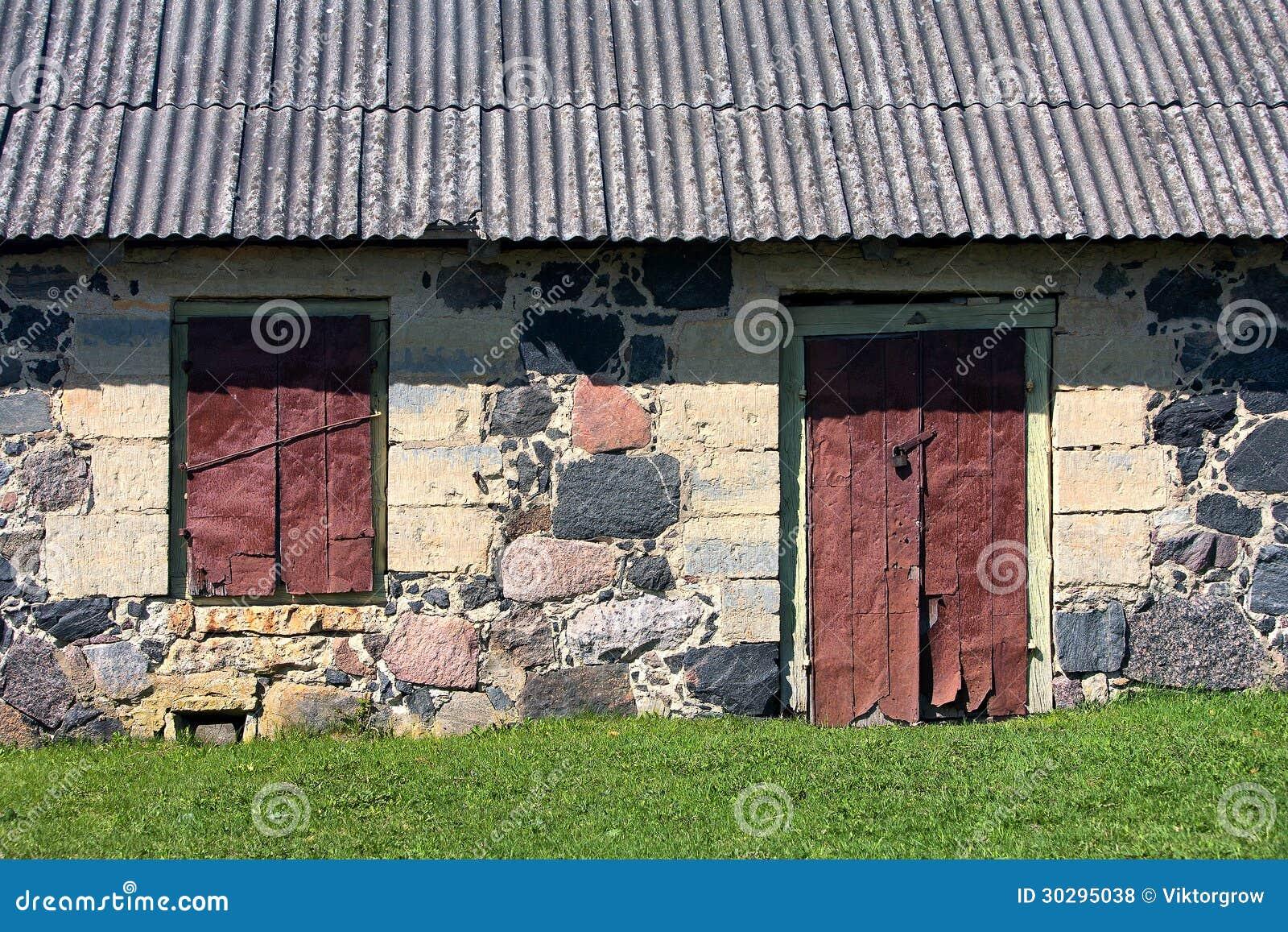 Le mur avec la fen tre et la porte de la vieille maison en for Vieille maison en pierre