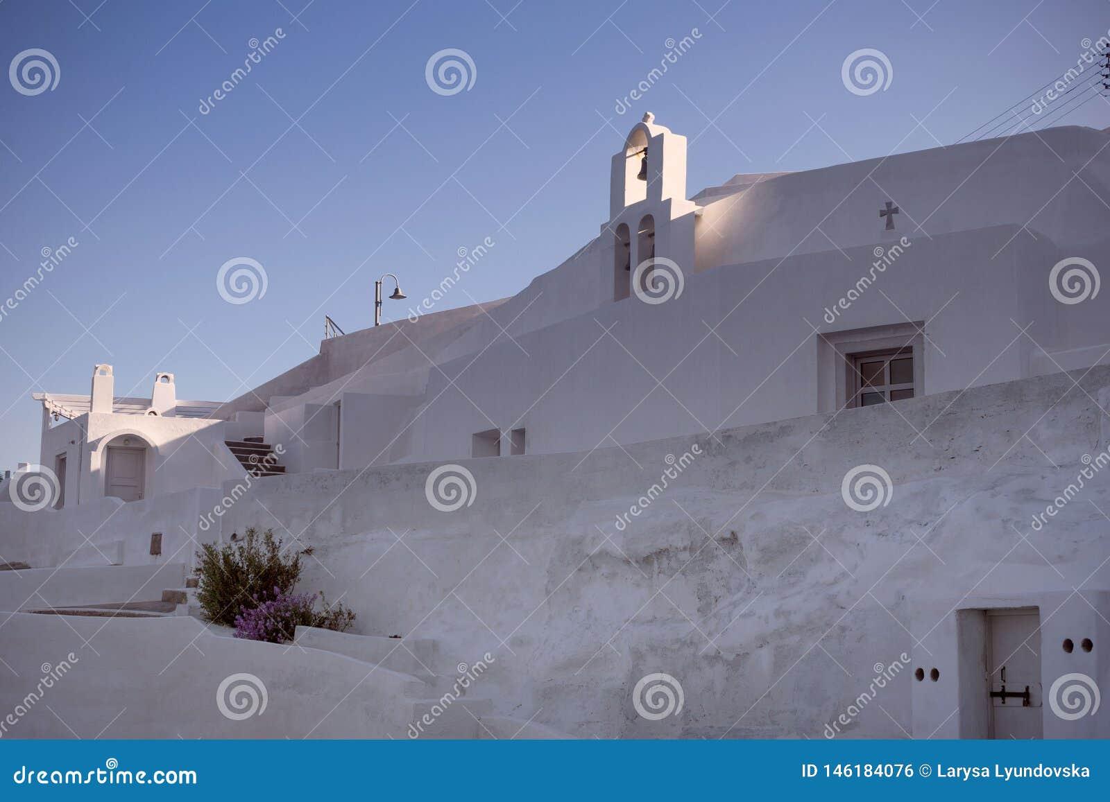 Le mur blanc de l hôtel sur l île grecque de Santorini Architecture traditionnelle de l île caldeira