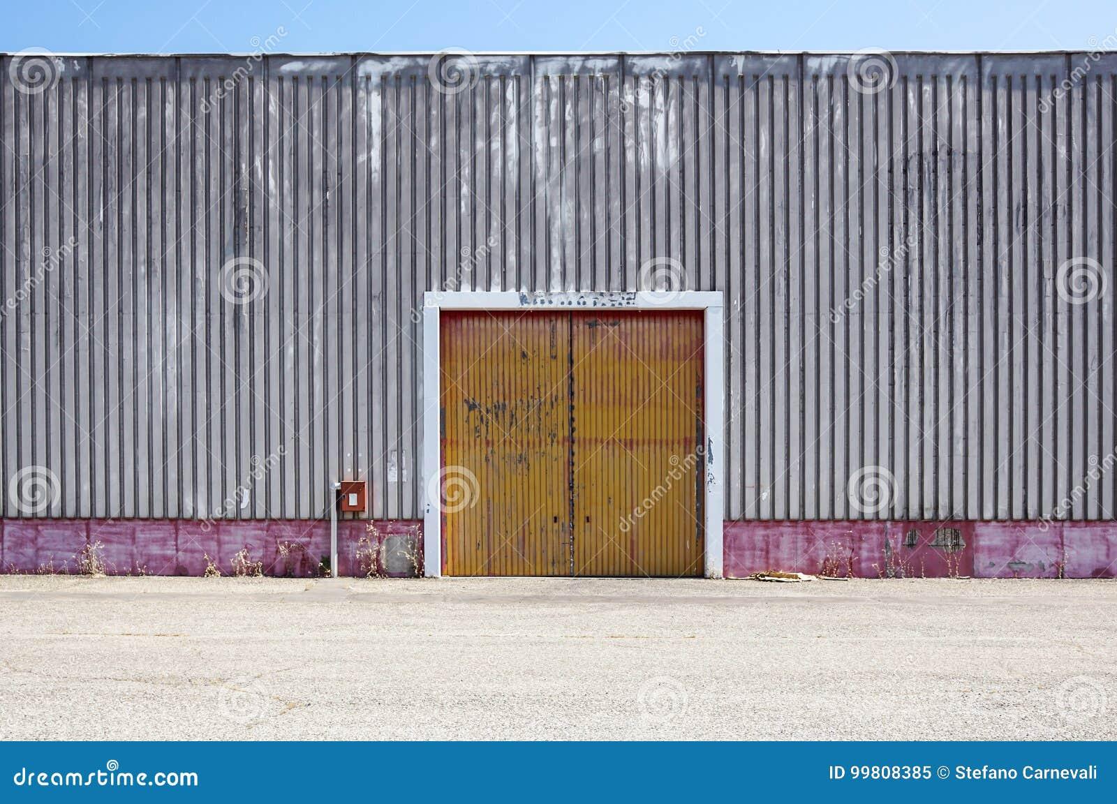 Le Mur D\'usine De Tôle Avec La Porte D\'entrée En Parc Industriel La ...