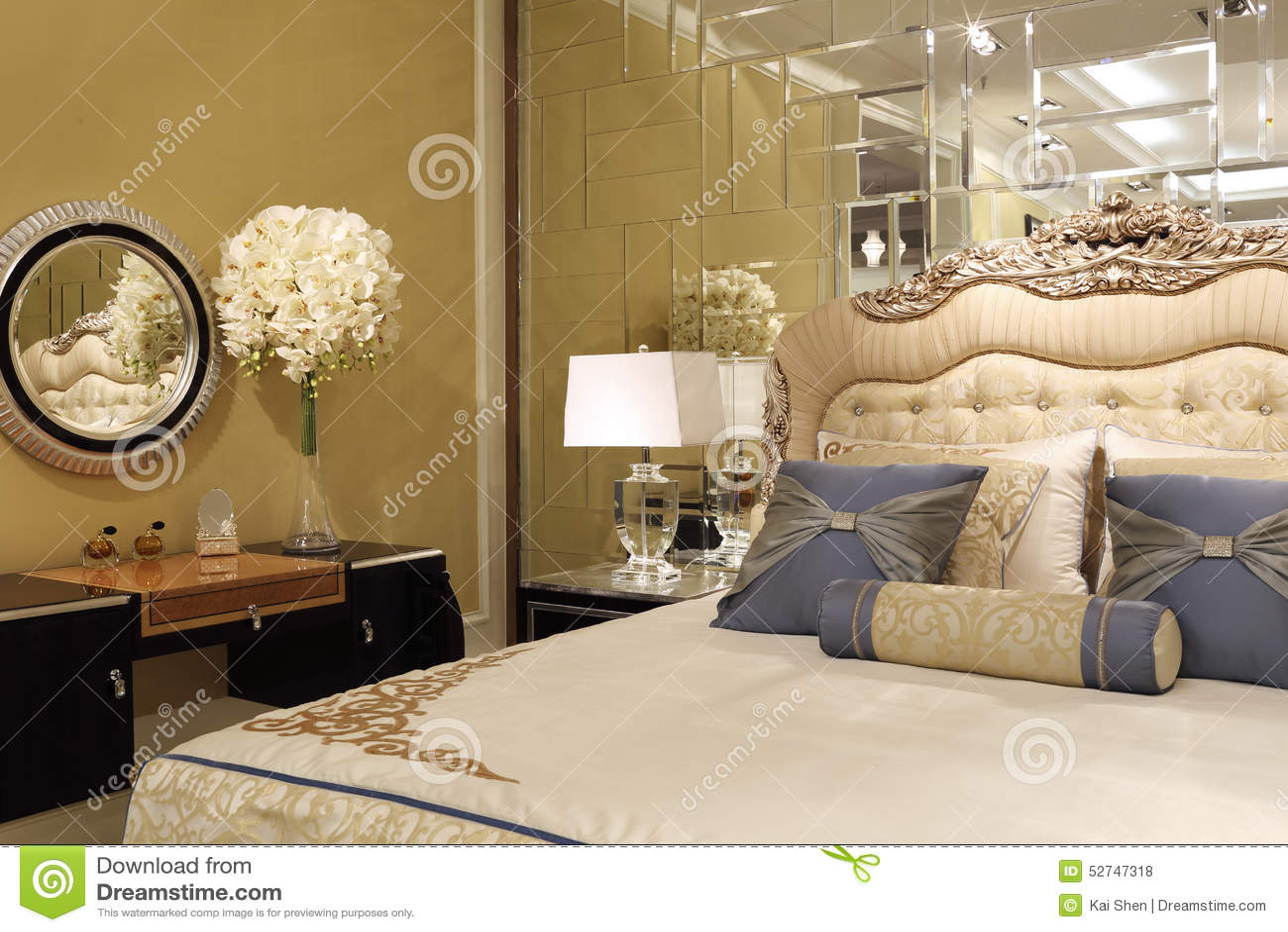 le mur de miroir dans la chambre coucher photo stock image 52747318. Black Bedroom Furniture Sets. Home Design Ideas