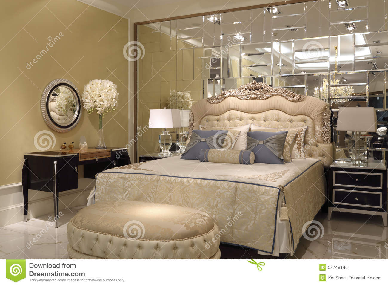 le mur de miroir dans la chambre coucher photo stock image du tage chemin e 52748146. Black Bedroom Furniture Sets. Home Design Ideas