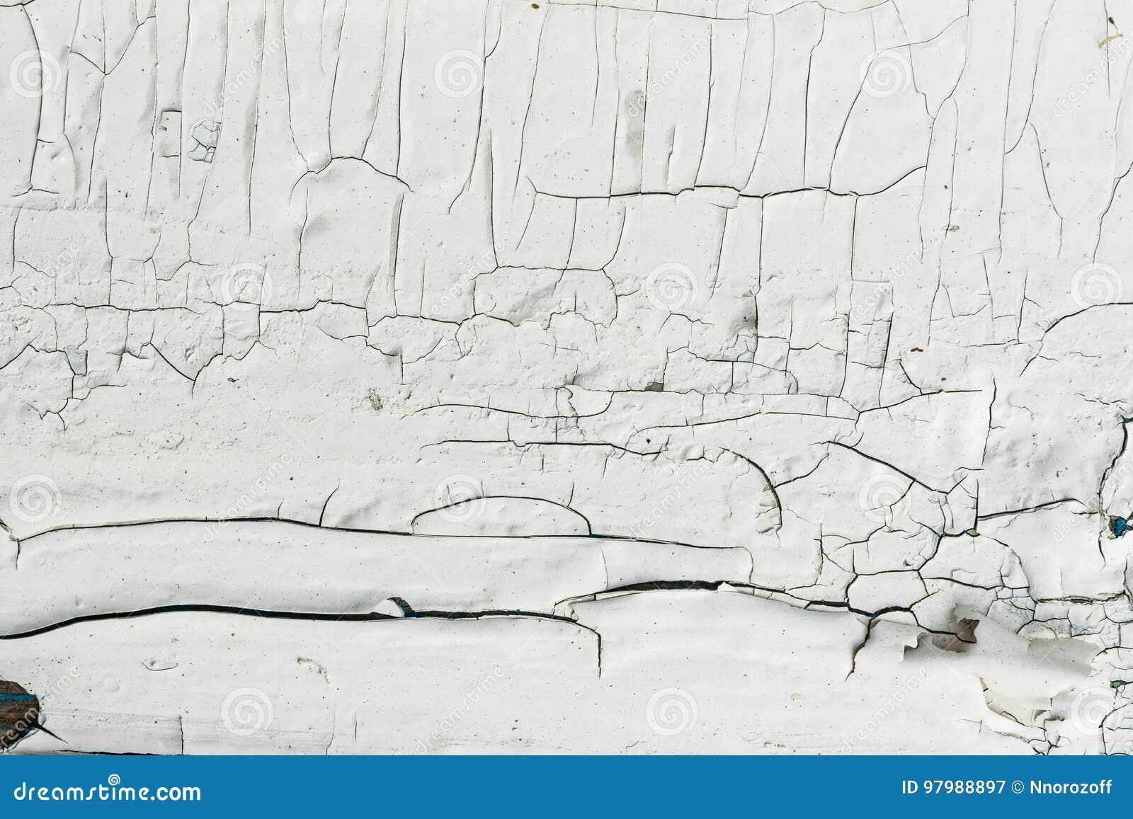 Le mur en bois avec la peinture blanche est sévèrement survécu et épluchage