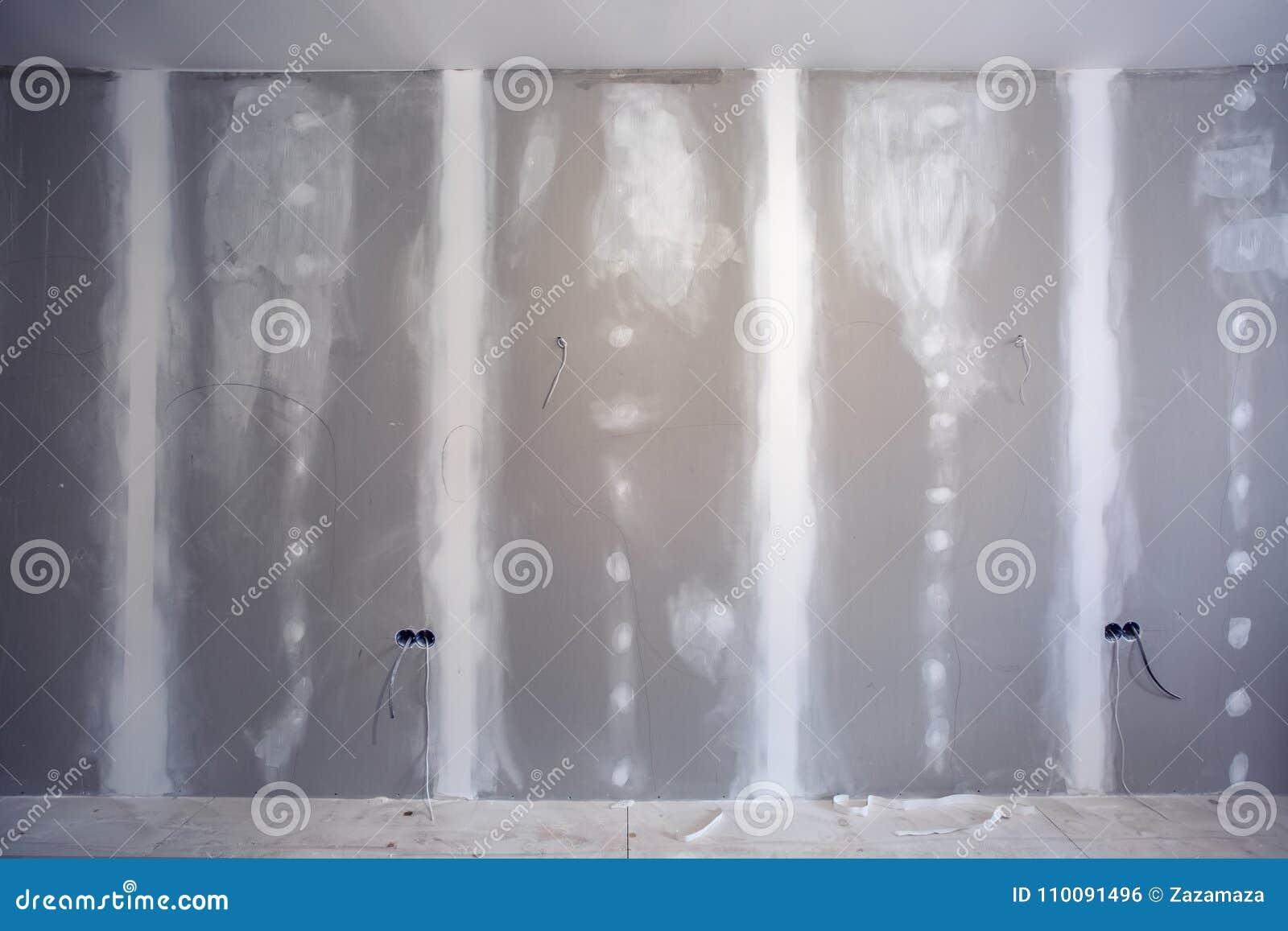 Le mur fait à partir de la cloison sèche de plaque de plâtre et préparé à la peinture avec l échelle en appartement est en constr
