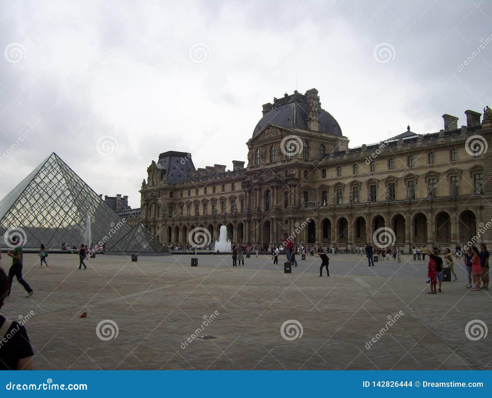 Le musée de Louvre est très important dans le monde entier