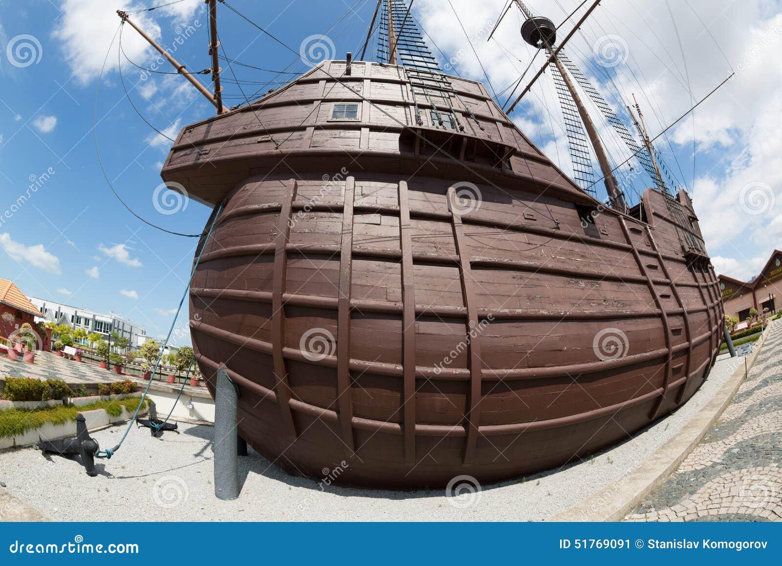 Le musée maritime sous forme de bateau a photographié le fisheye
