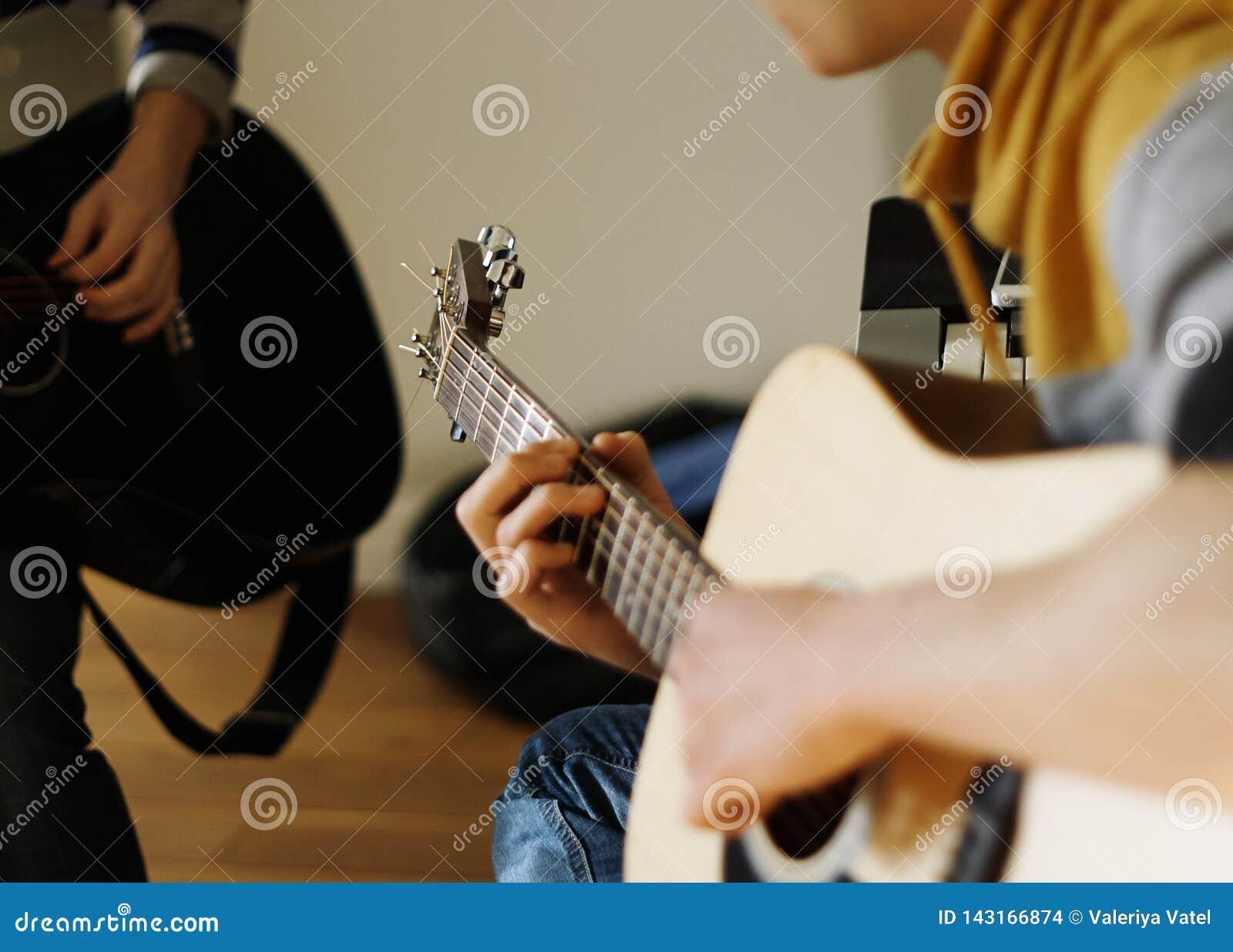 Le musicien joue un beige de guitare acoustique