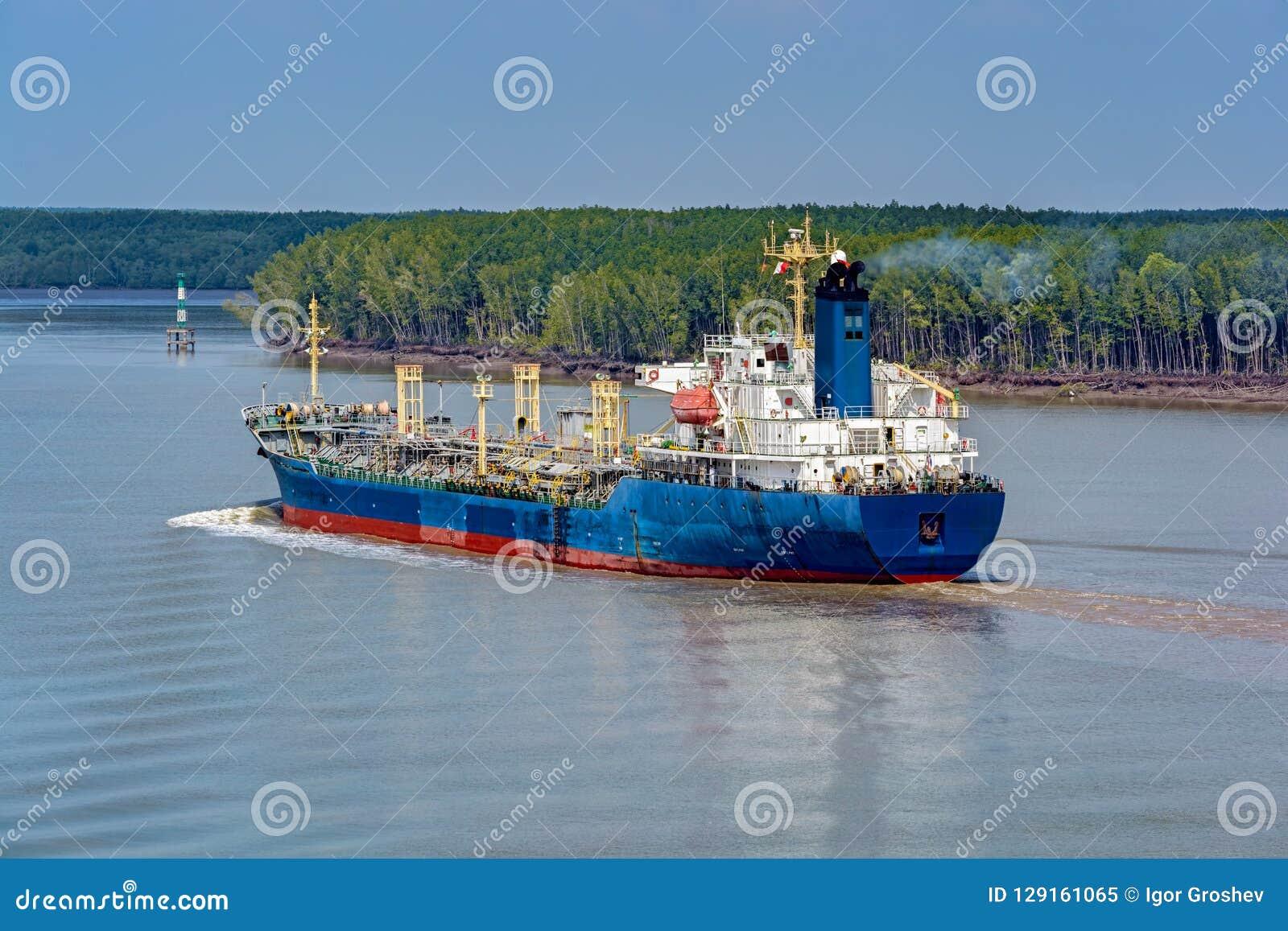 Le navire chimique de bateau-citerne navigue en amont la longue rivière de chanson