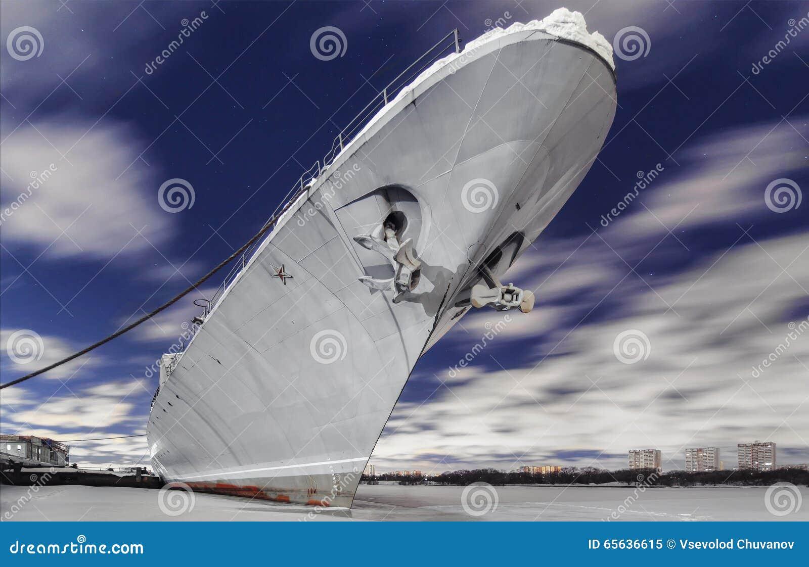 Le navire de guerre russe est amarré sur une rivière congelée la nuit