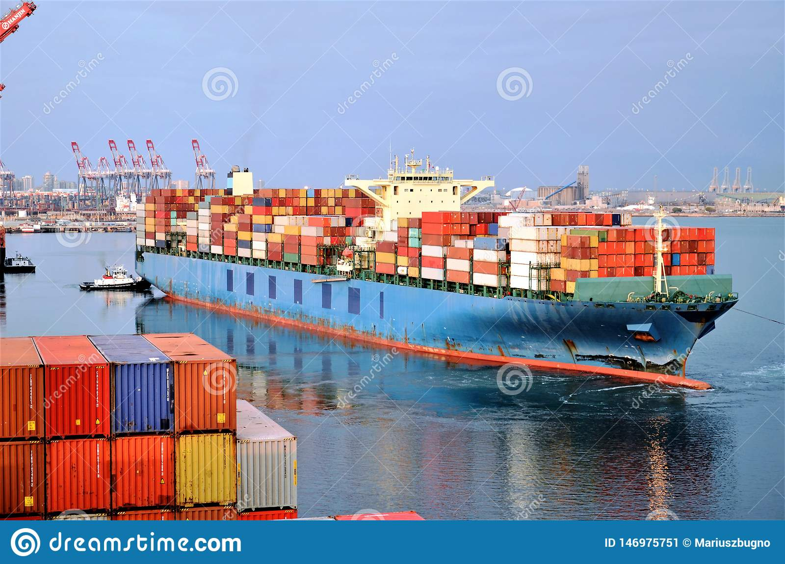 Le navire porte-conteneurs part du port de Long Beach, la Californie