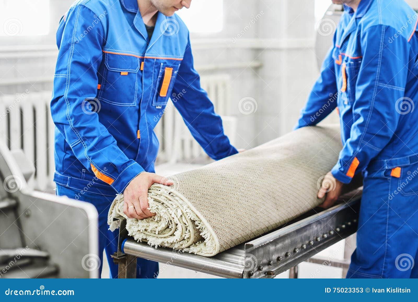 Le nettoyage de travailleurs d hommes obtiennent le tapis d une machine à laver automatique et le portent dans le dessiccateur de