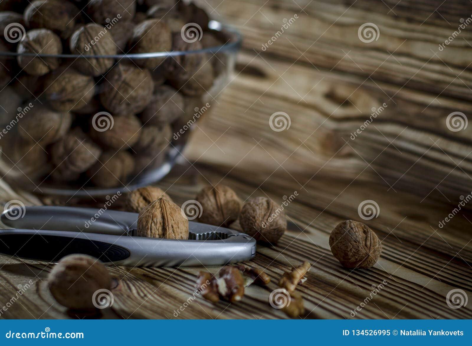 Le noci sono sulla tavola accanto ad una ciotola di dadi