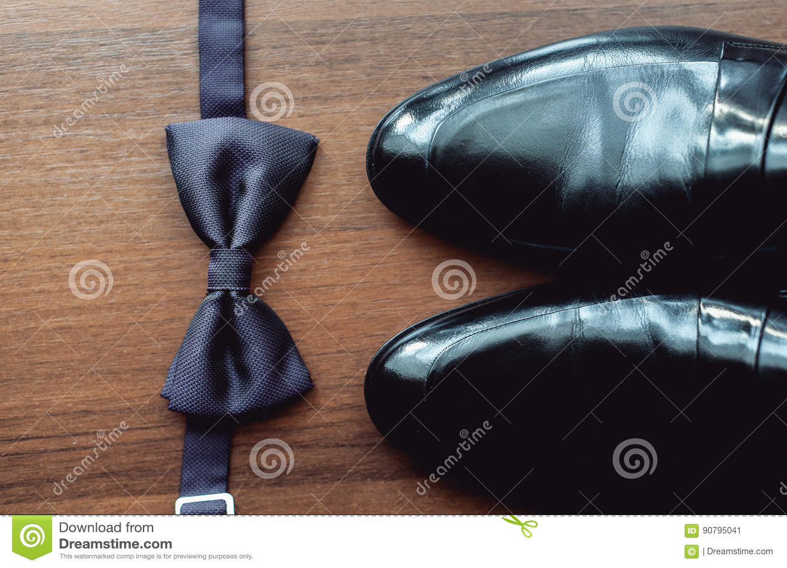 d0edc710384b Le noeud papillon noir se trouve devant les chaussures en cuir et la  ceinture Mariés épousant