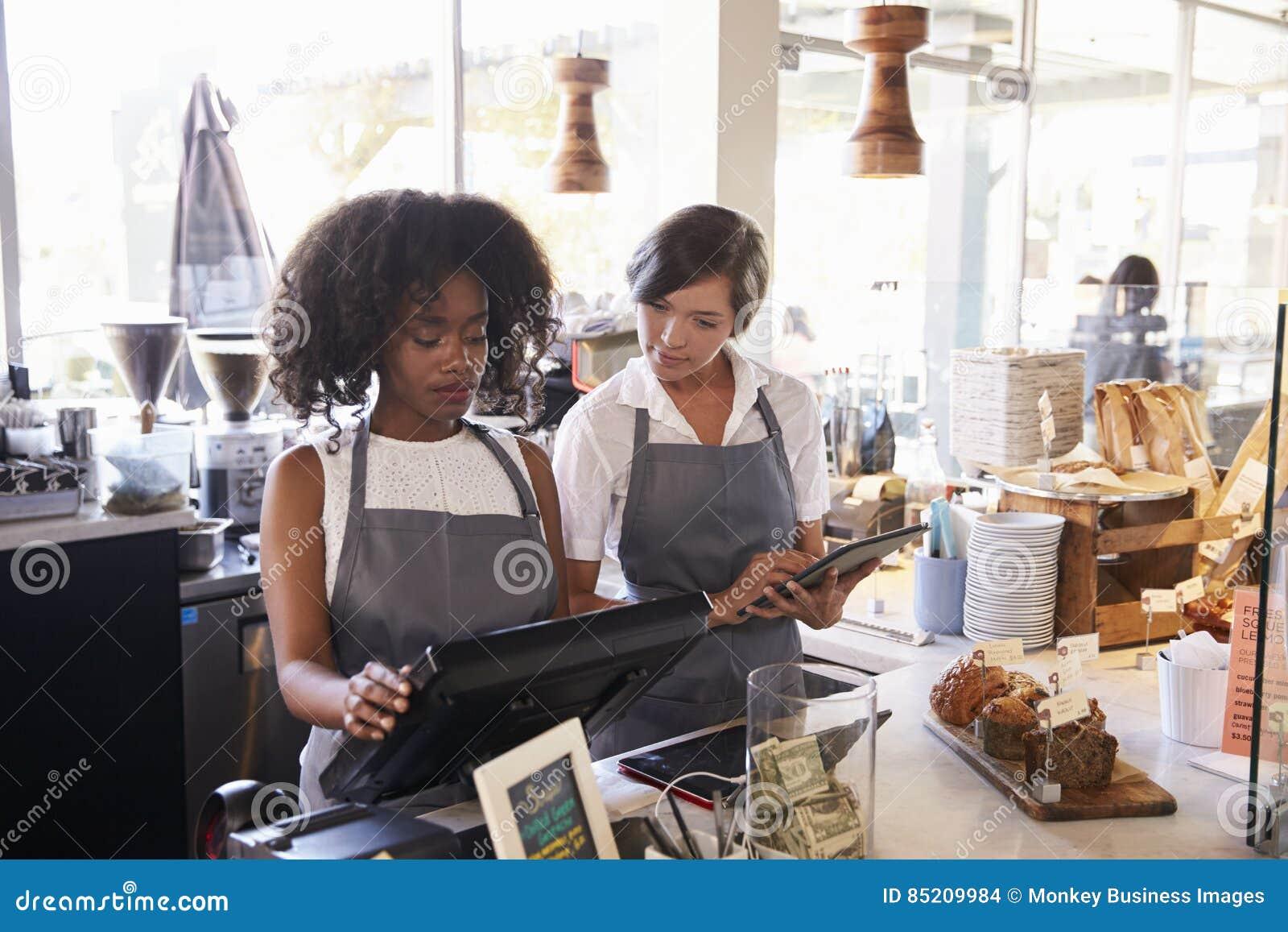 Le nouvel employé reçoit la formation au contrôle d épicerie fine