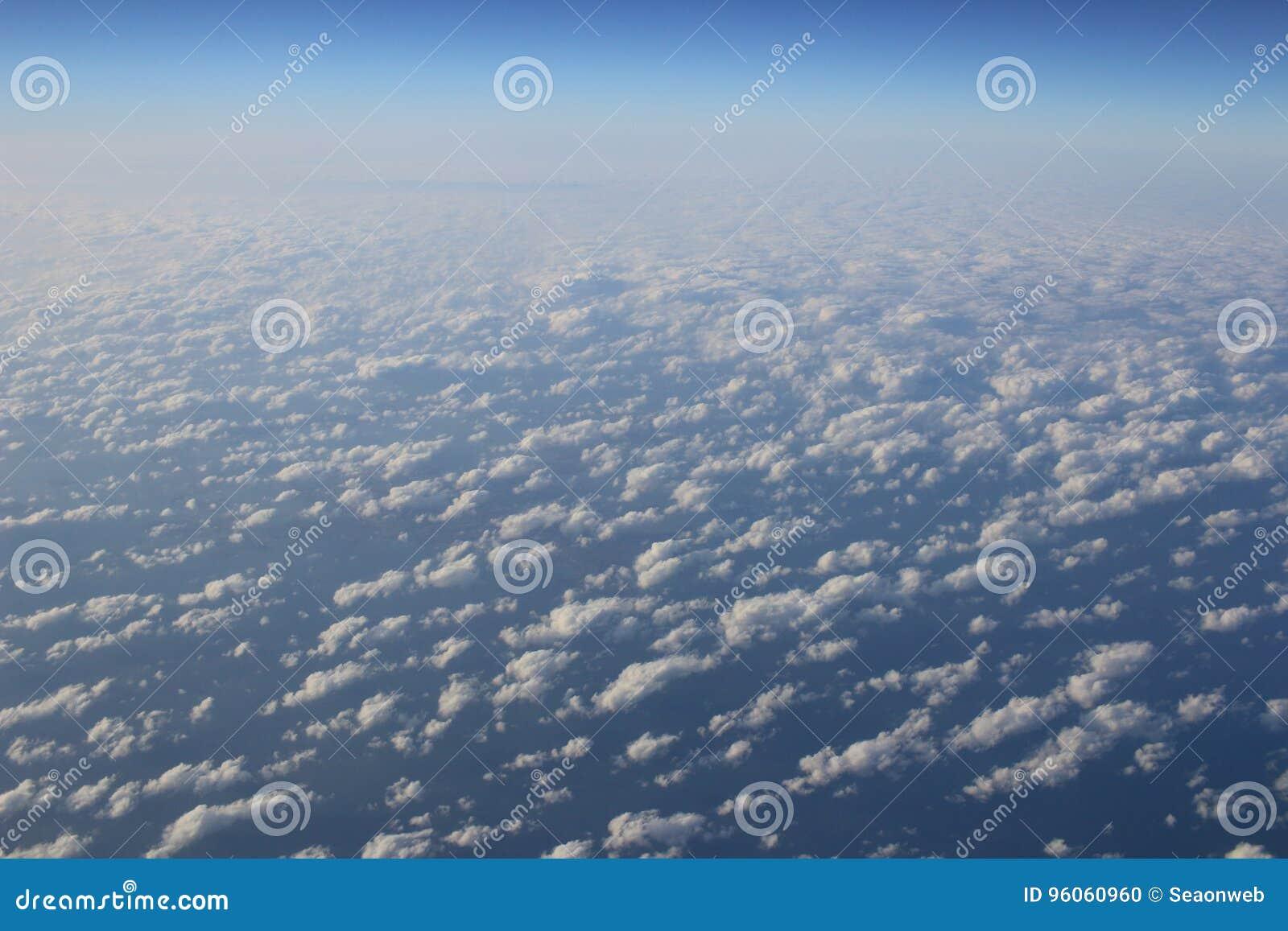 Le nuage bleu a été pris sur un avion pour le fond