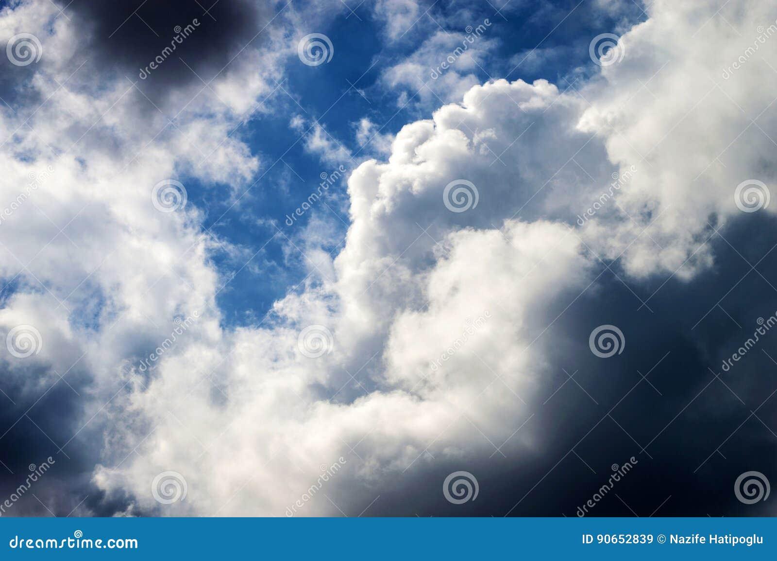 Le Nuvole In Bianco E Nero Più Meravigliose Nel Cielo Immagine Stock