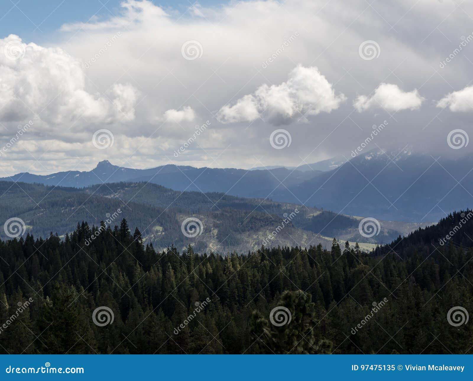 Le nuvole di tempesta oscurano i picchi di montagna