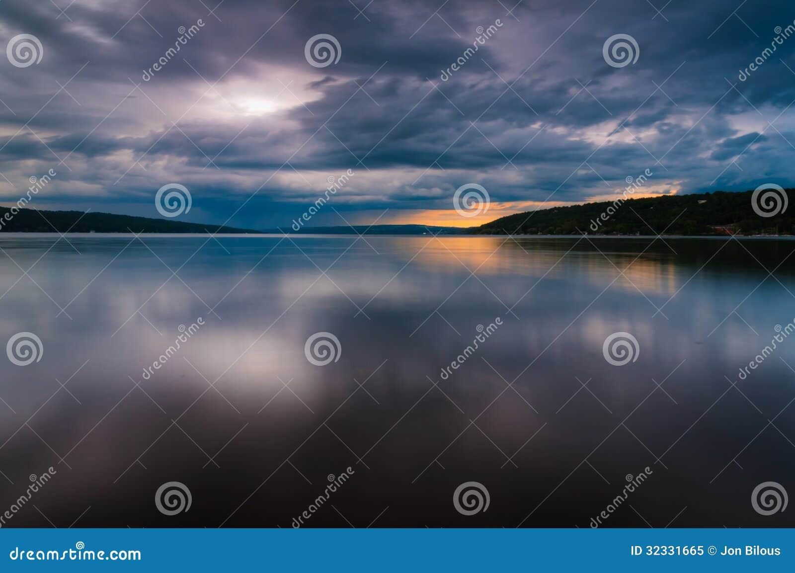 Le nuvole di tempesta si spostano per il lago Cayuga in un esposizione lunga