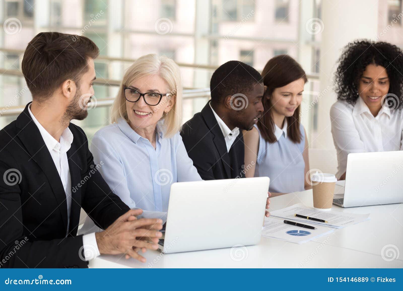 Le olika kollegor som tillsammans arbetar på bärbara datorn i styrelse